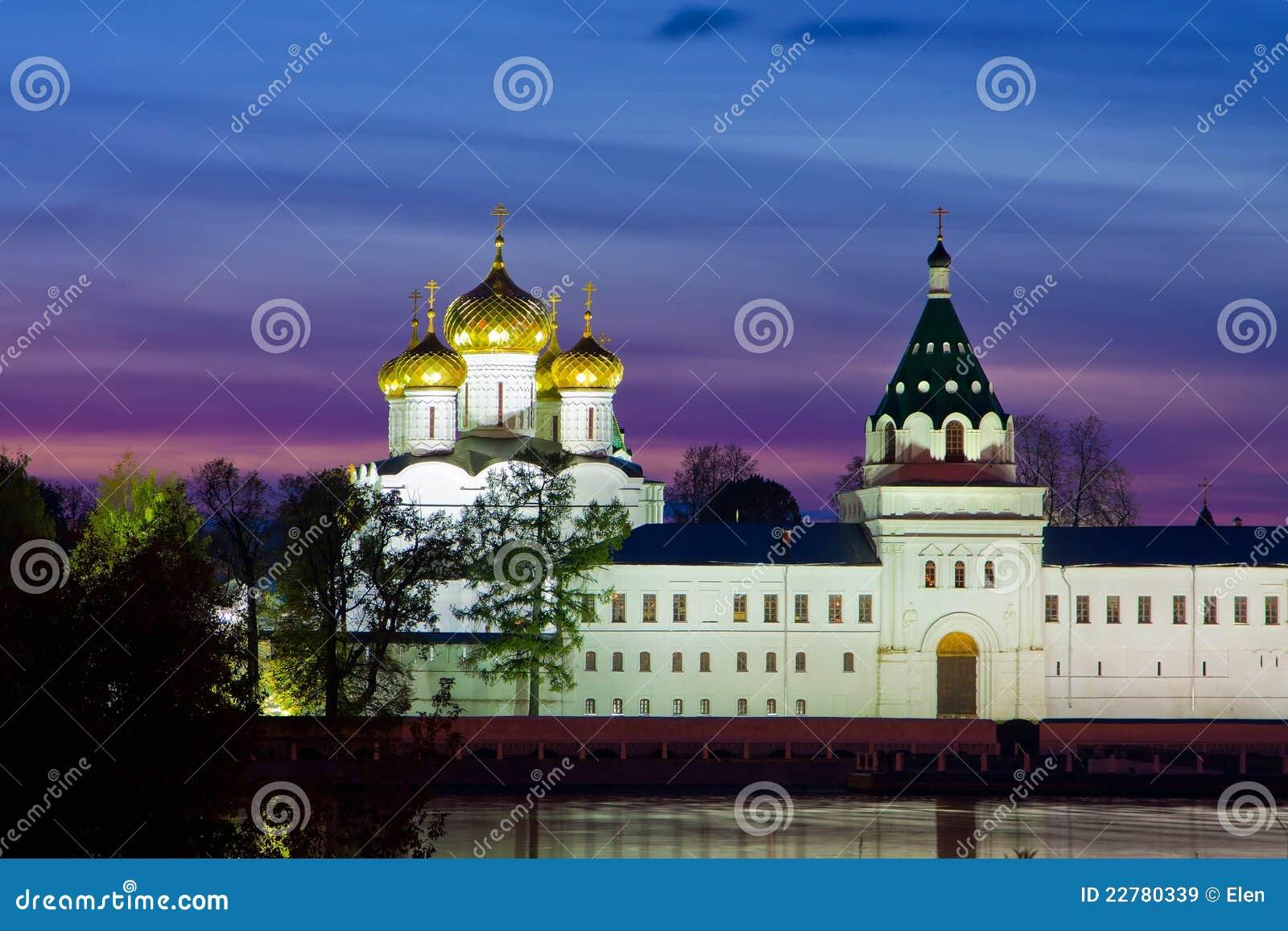 Monastério de Ipatievsky, em Rússia, Kostroma. Noite