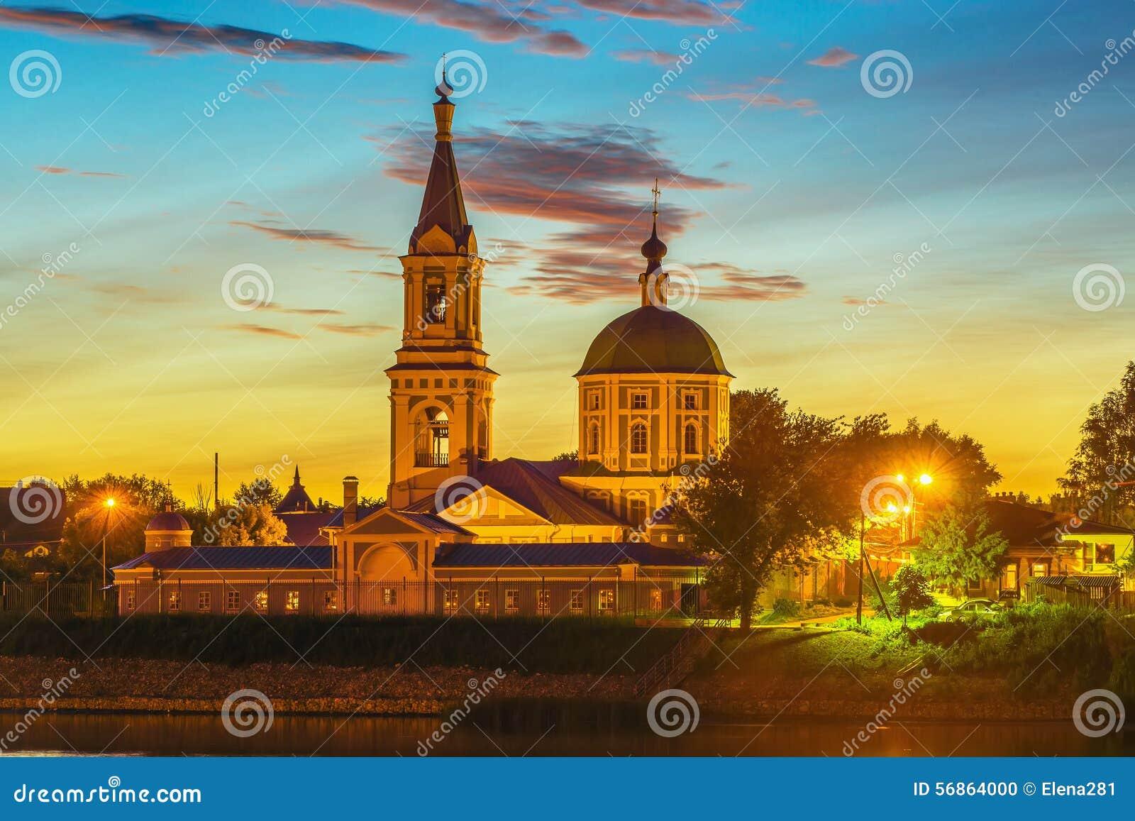 Monastério fêmea de Catherine no banco o Volga em Tver, Rússia