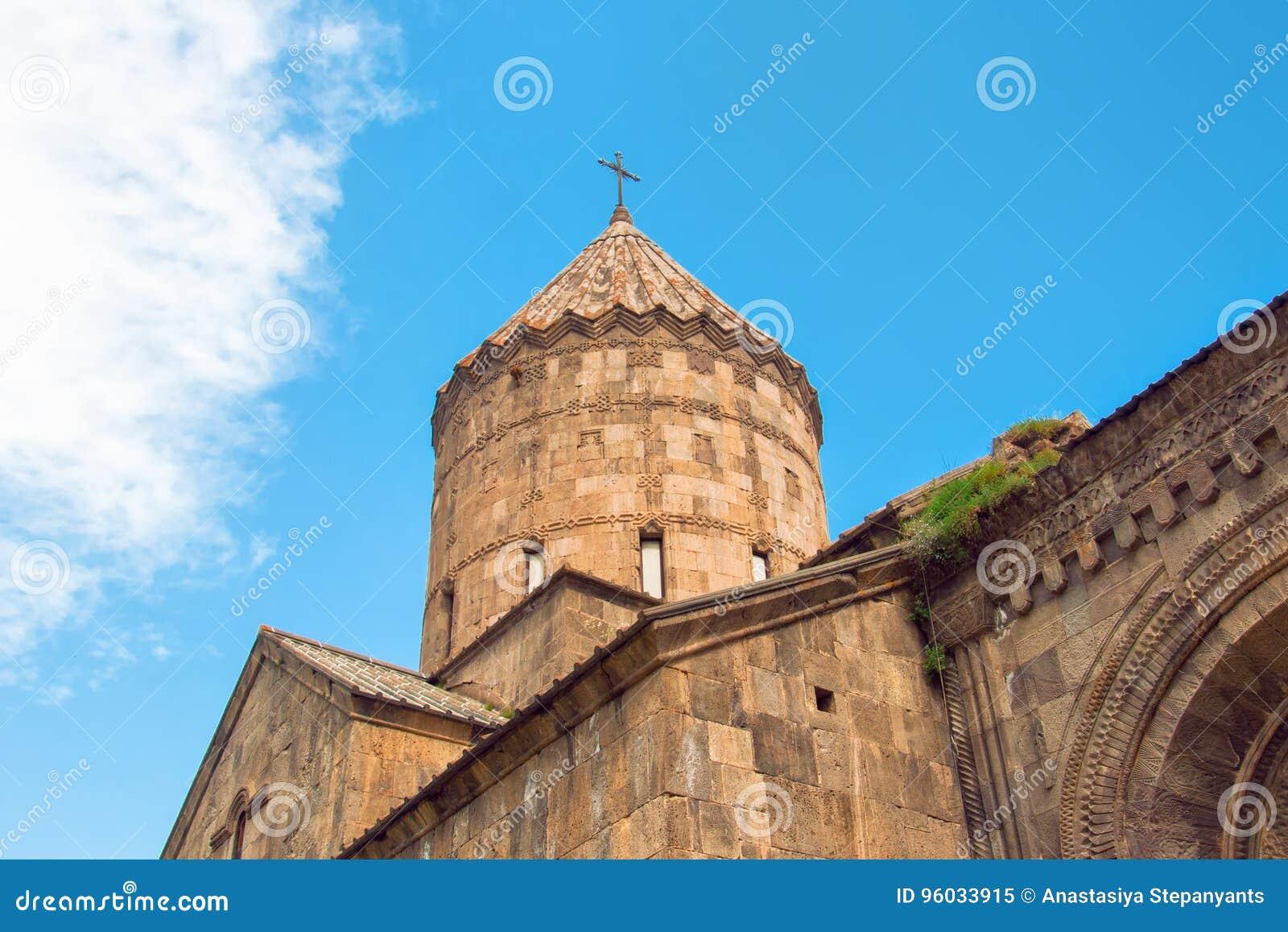 Monaster Tatev kopuła kościelny i jaskrawy niebieskie niebo