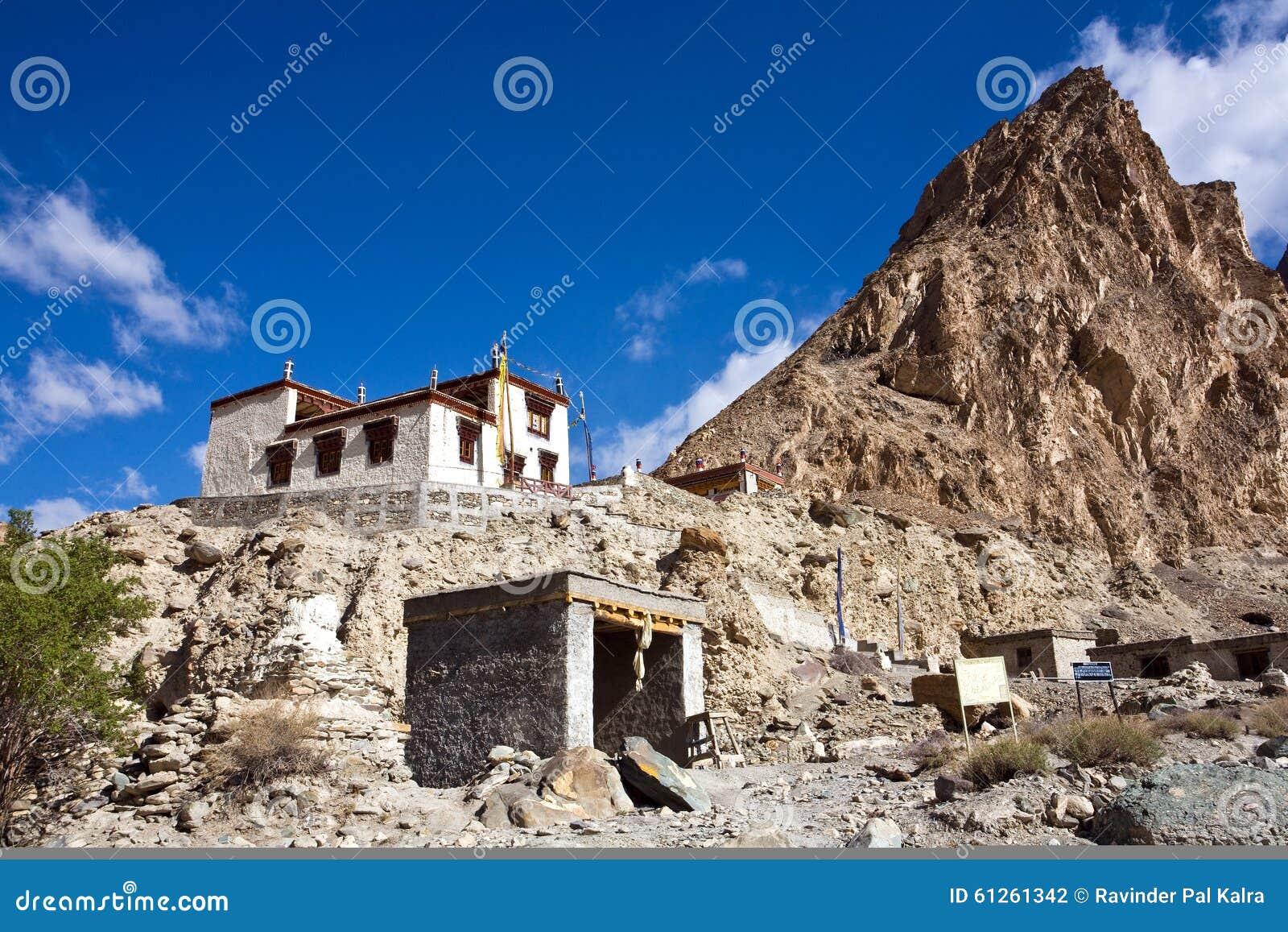 Monasterio budista en el viaje de Markha, valle de Markha, Ladakh, la India