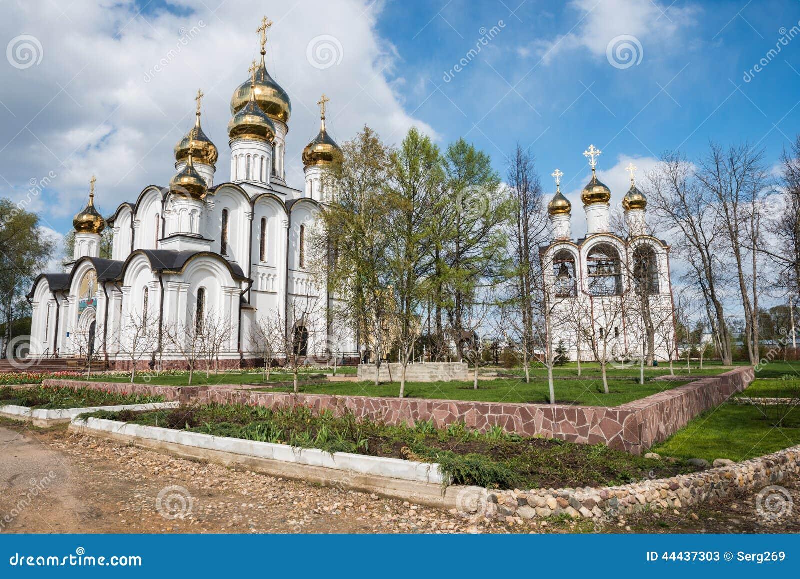 Monasterio de San Nicolás (Nikolsky) del punto de vista del jardín de la primavera