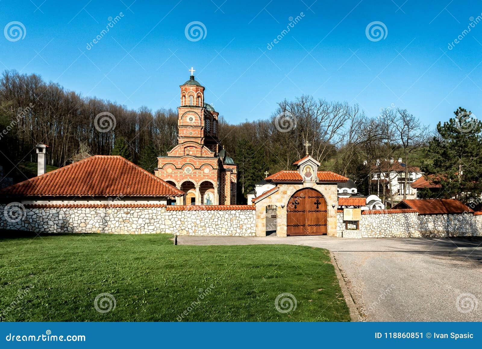 Monasterio Djunis con la iglesia de la madre de la cubierta del ` s de dios, Serbia