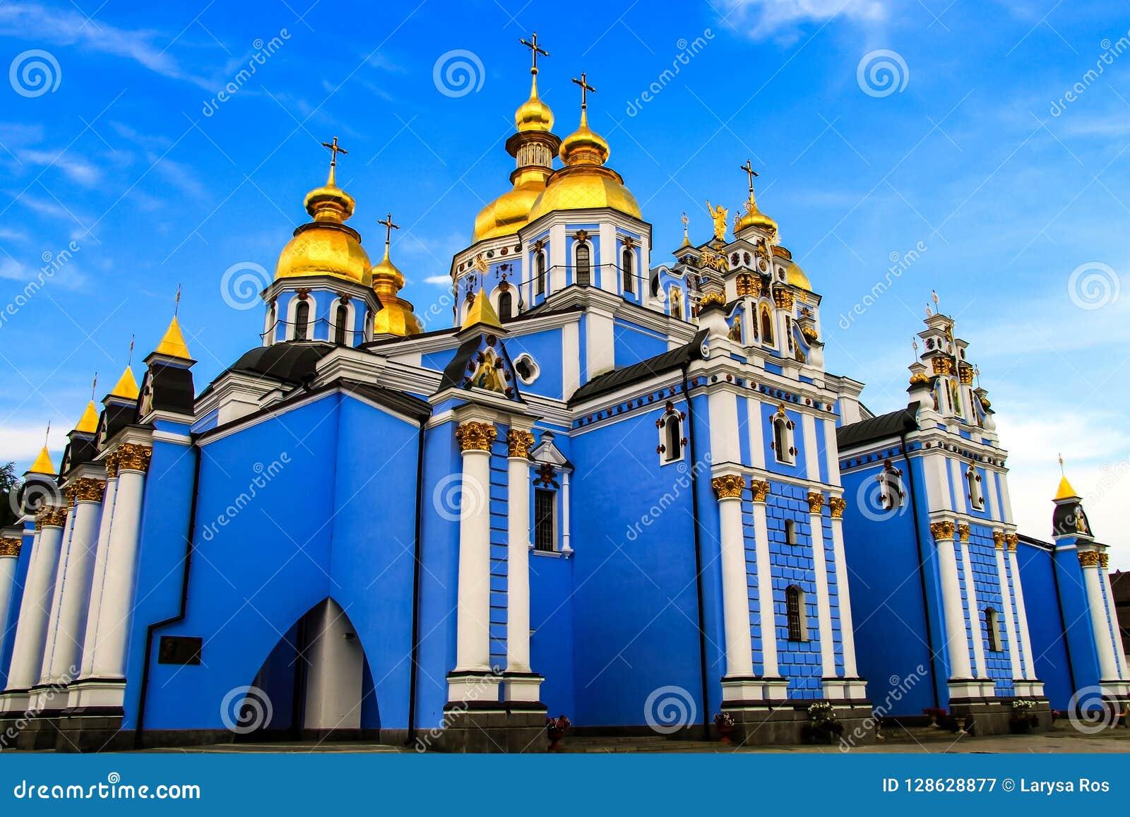 Monasterio masculino abovedado de oro azul hermoso del ` s de San Miguel, la catedral cristiana más vieja de Ucrania, iglesia ort