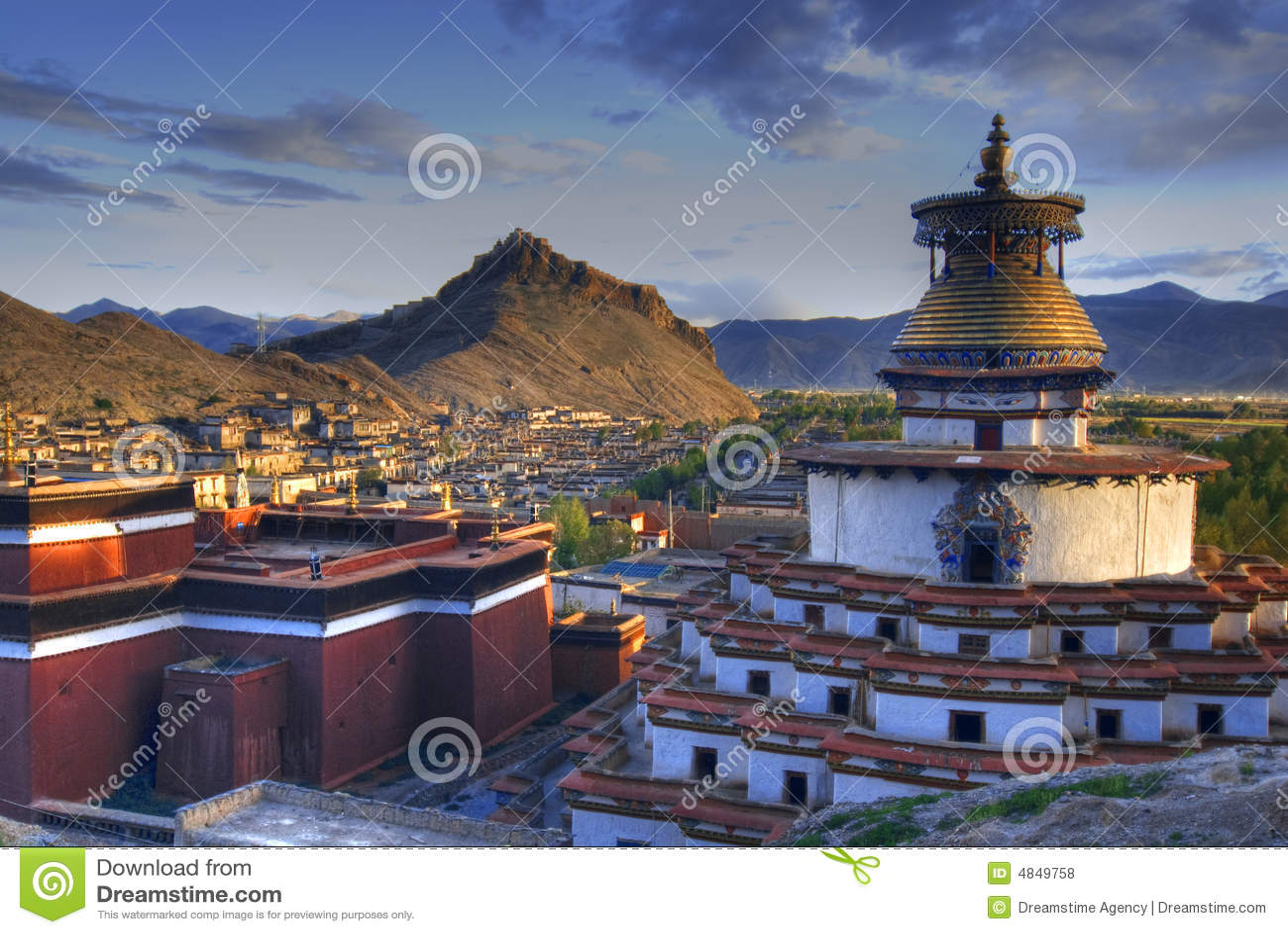 Monastero nel paesaggio tibetano
