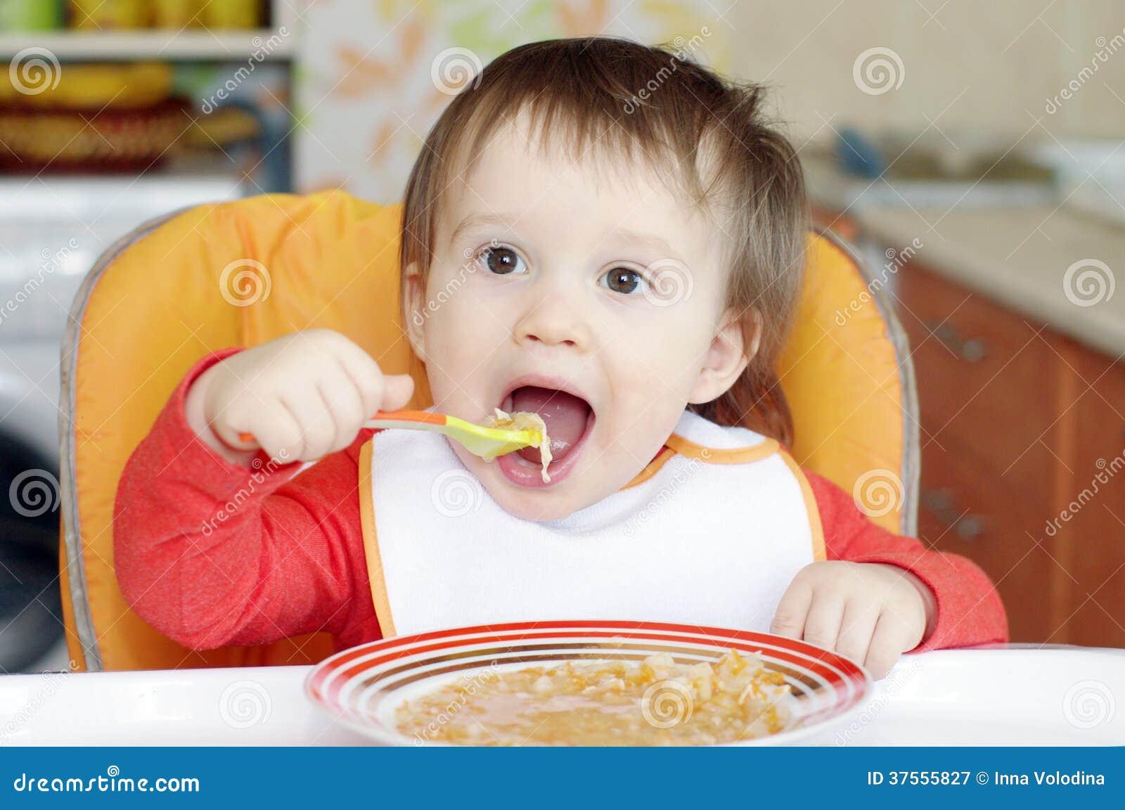 16 monate baby isst suppe stockbild bild von jung kaukasisch 37555827. Black Bedroom Furniture Sets. Home Design Ideas