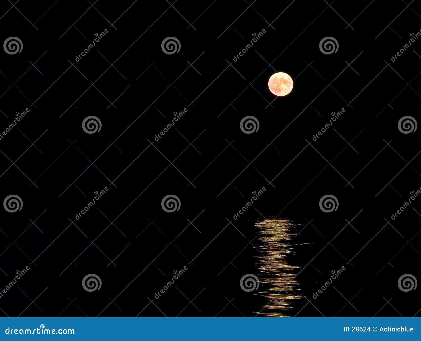 Mond, der über Meer steigt
