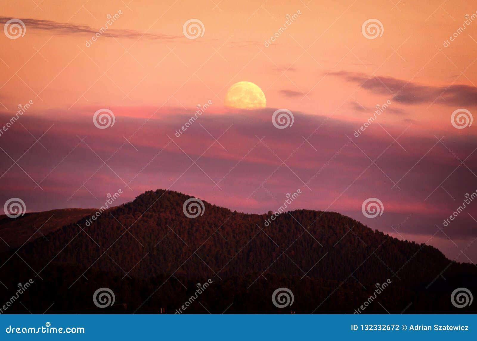 Mondaufstieg und fantastische Sonnenuntergangzeit Lesundøya-Insel, Norwegen