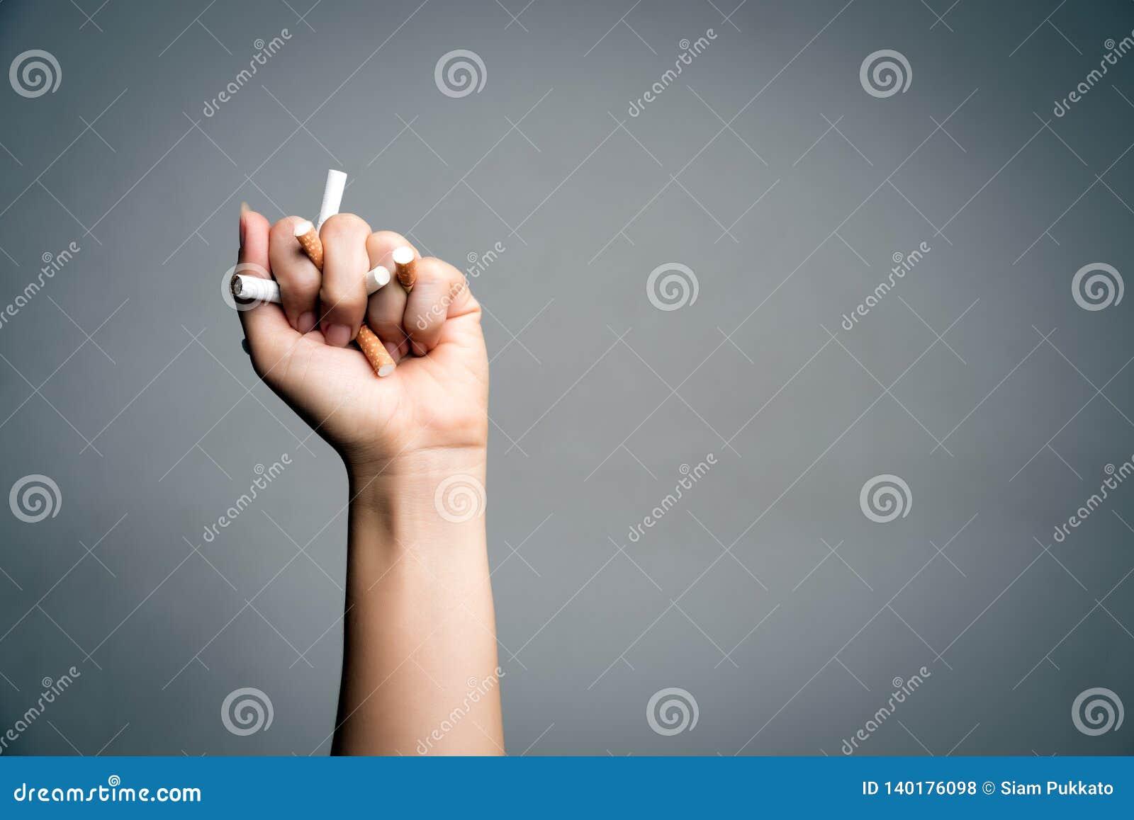 Monde aucun jour de tabac, le 31 mai Cessez le fumage Cigarettes concasseuses et de destructions de main haute étroite d homme su