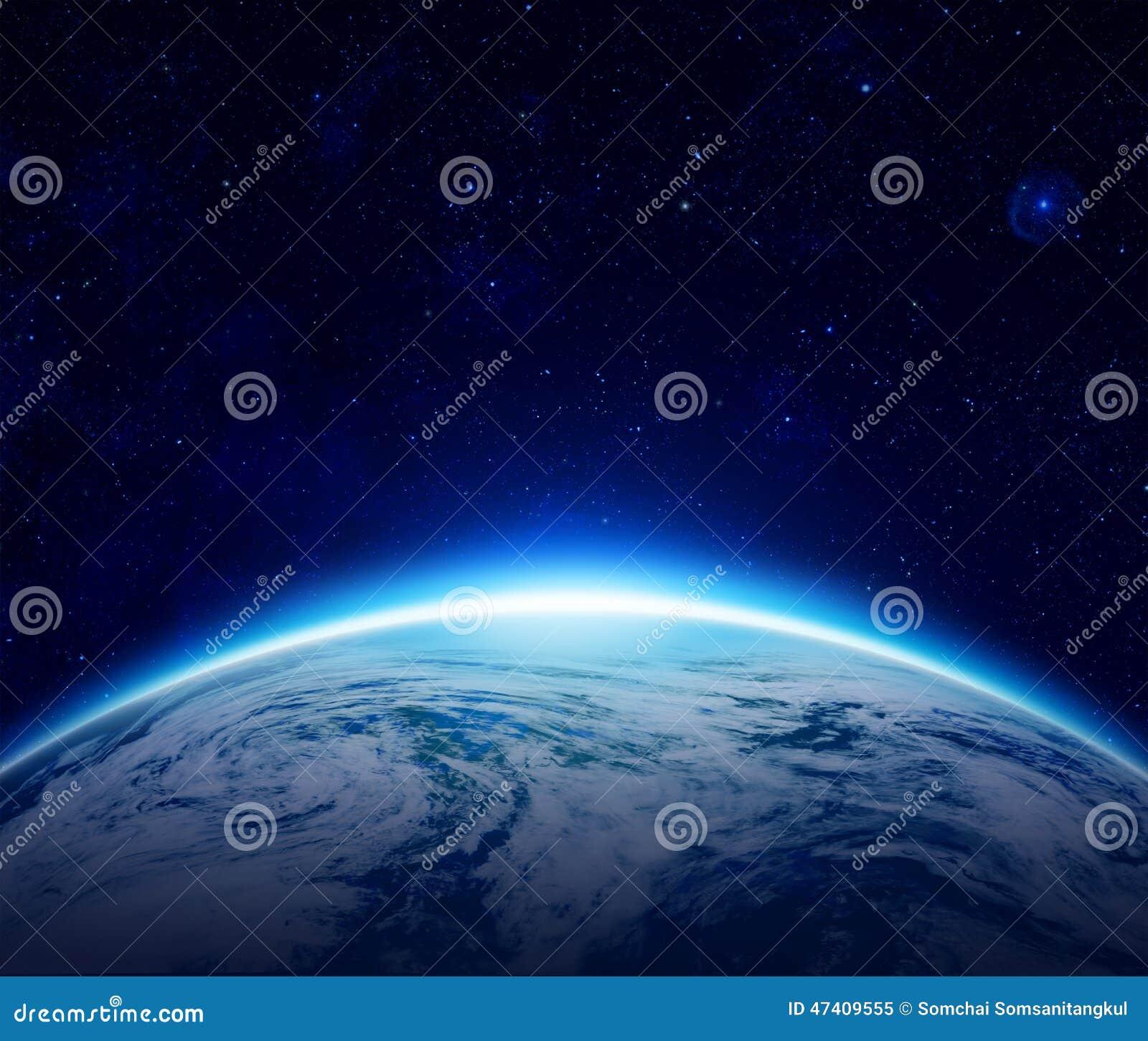 Monde, lever de soleil bleu de la terre de planète au-dessus d océan nuageux