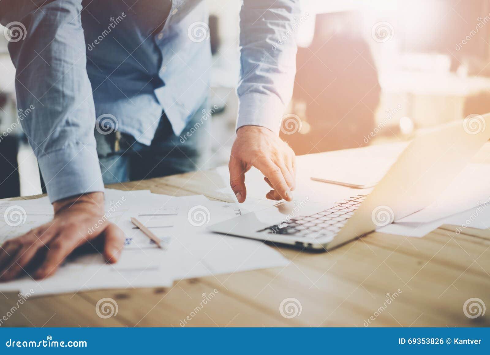 Mondo dell ufficio Uomo d affari che lavora alla tavola di legno con il nuovo progetto di affari nel posto coworking moderno Cont
