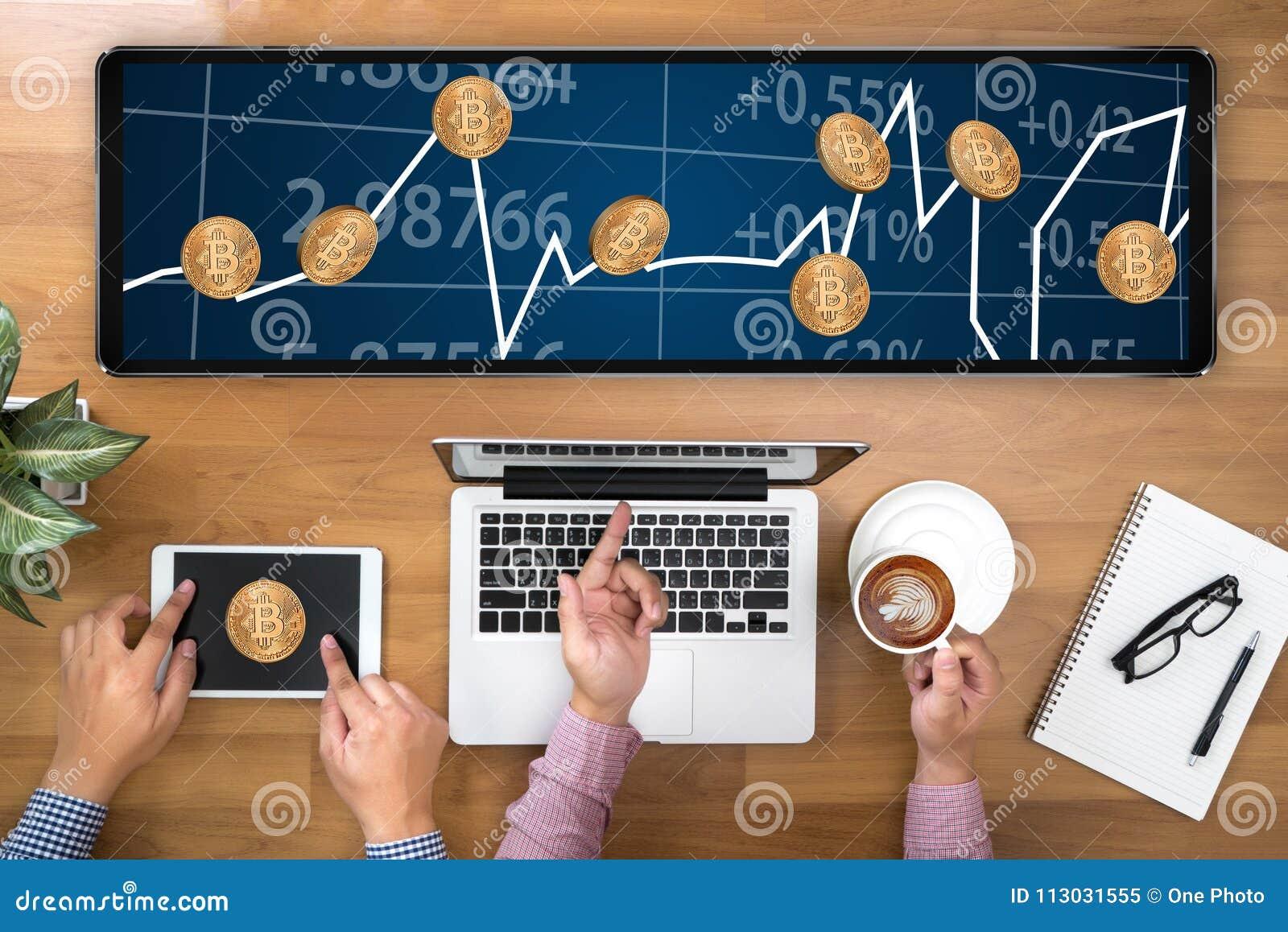 Moneda Crypto de Bitcoins de la escalera del concepto de oro financiero del crecimiento