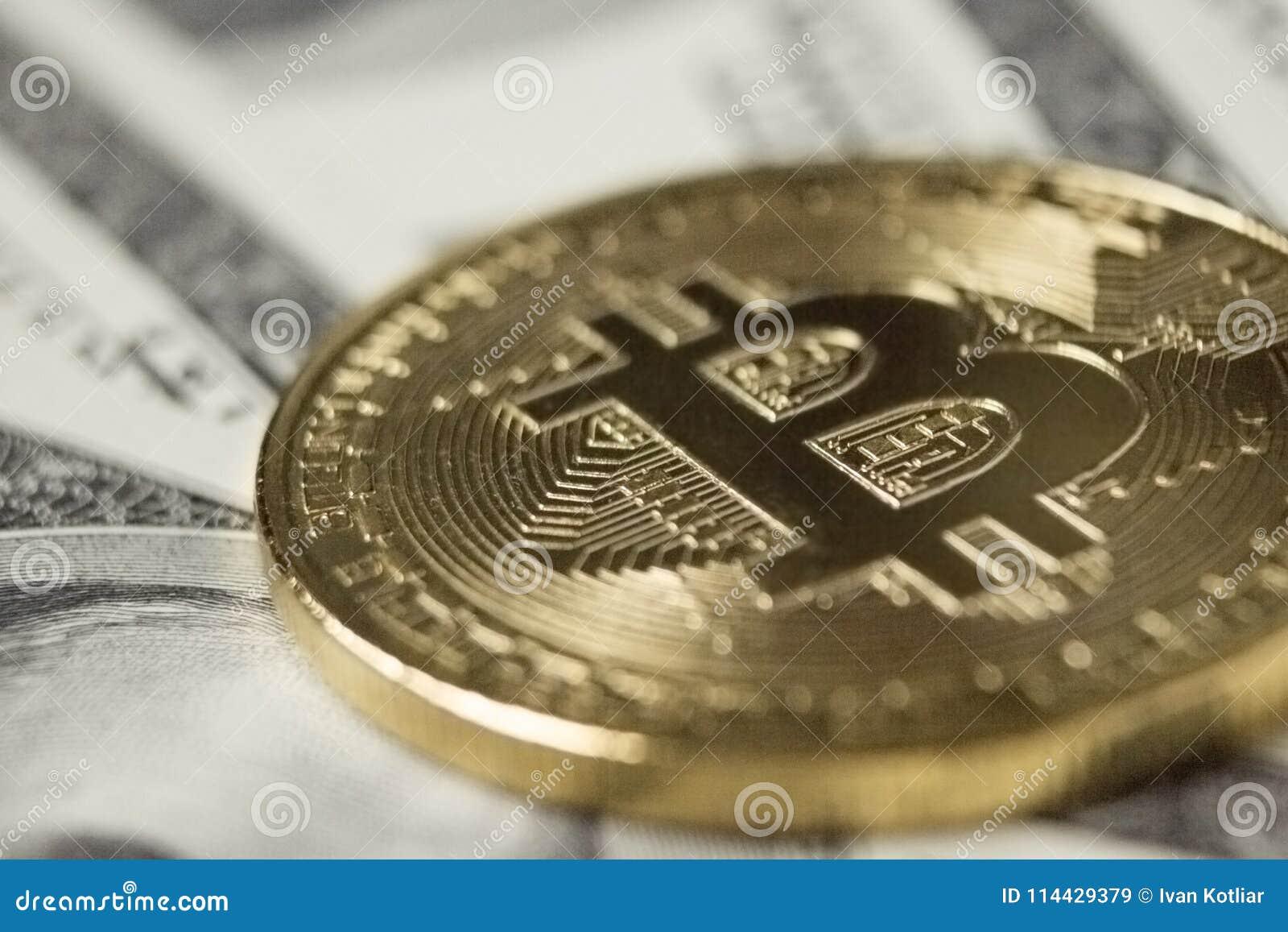 Moneda de Cryptocurrency Bitcoin en fondo con los dólares