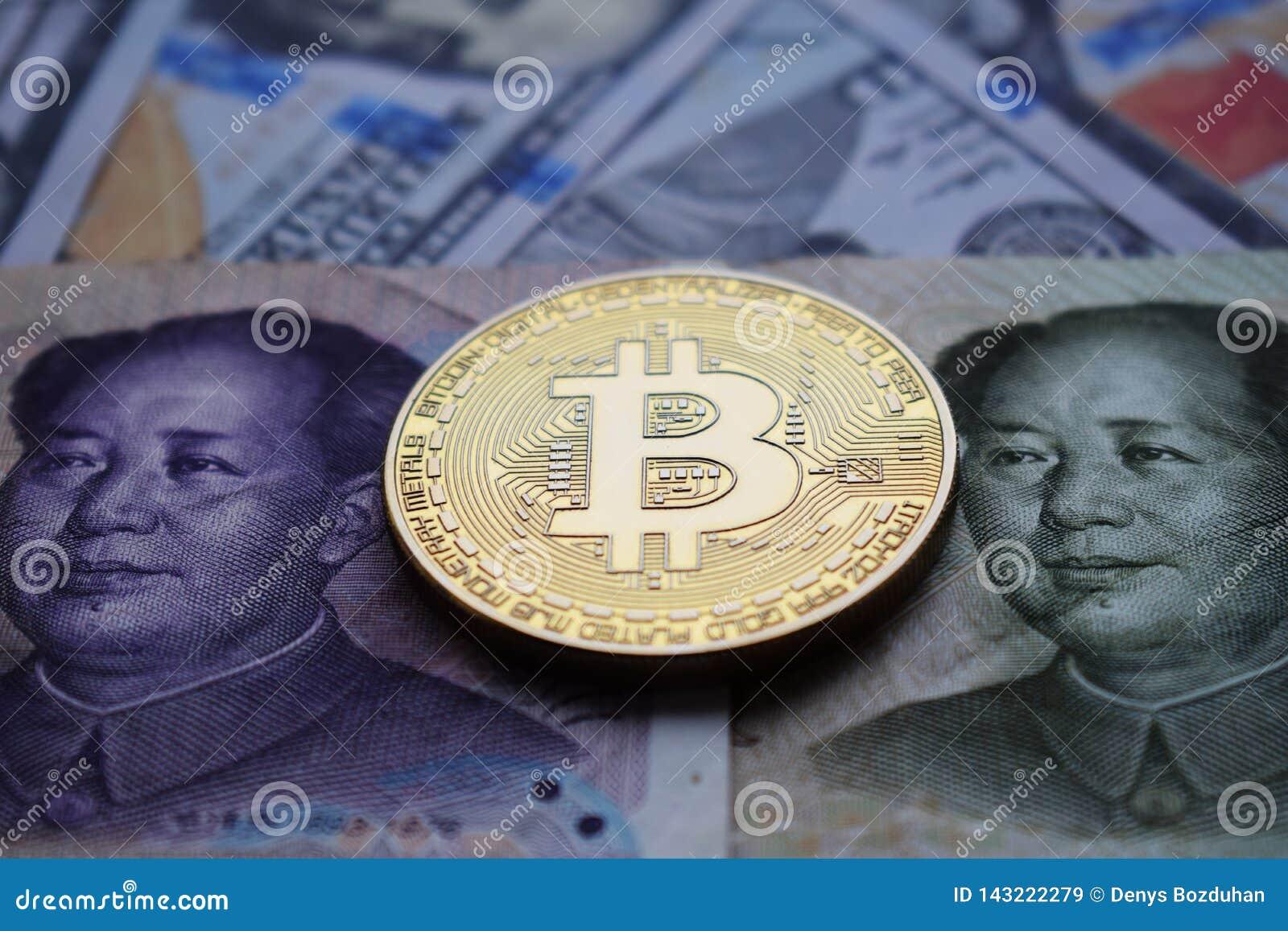 Moneda de oro de Bitcoin en el chino Yuan y el dólar americano