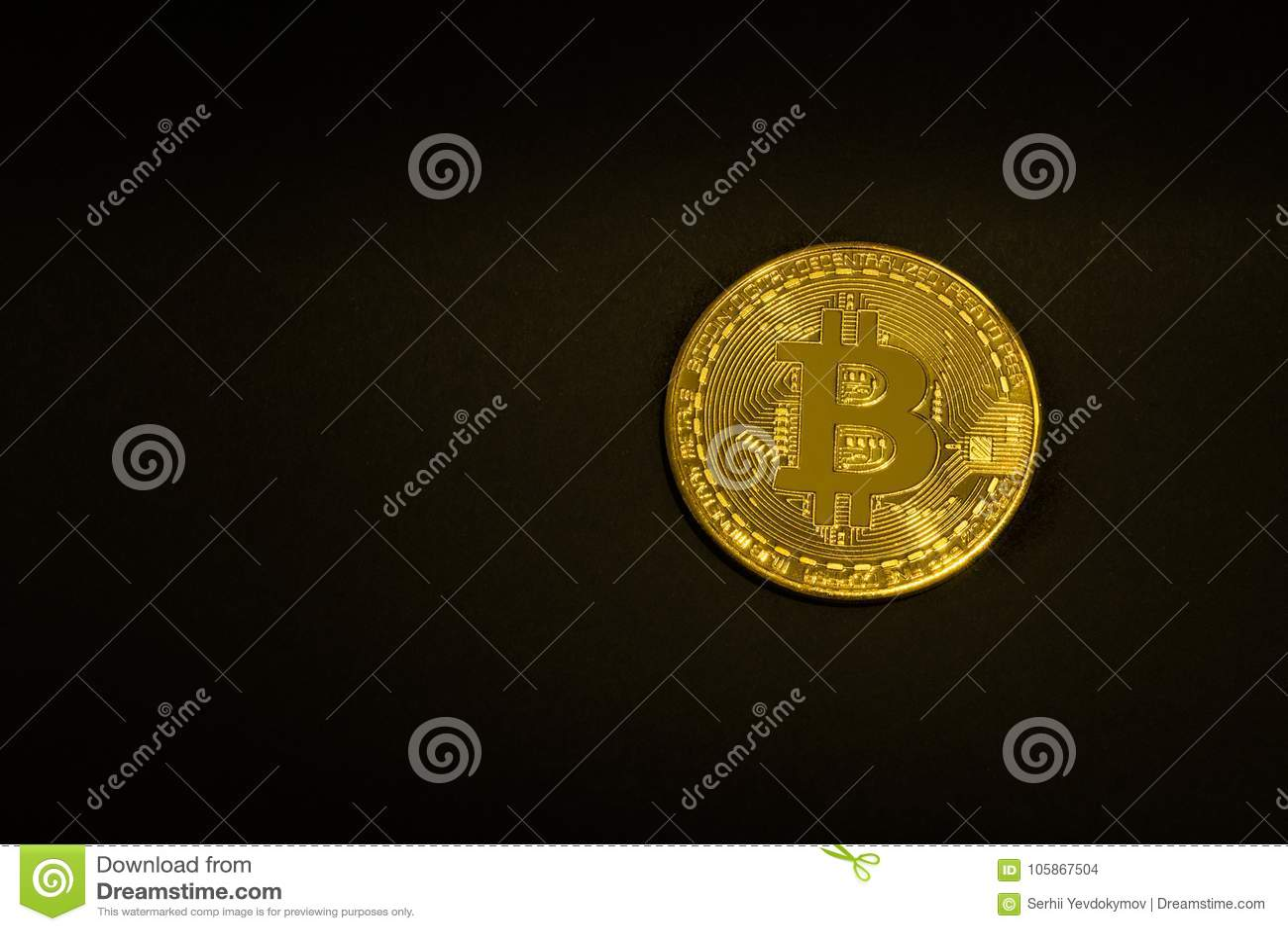 Moneda de oro Bitcoin en un fondo negro aislante Espacio para el texto