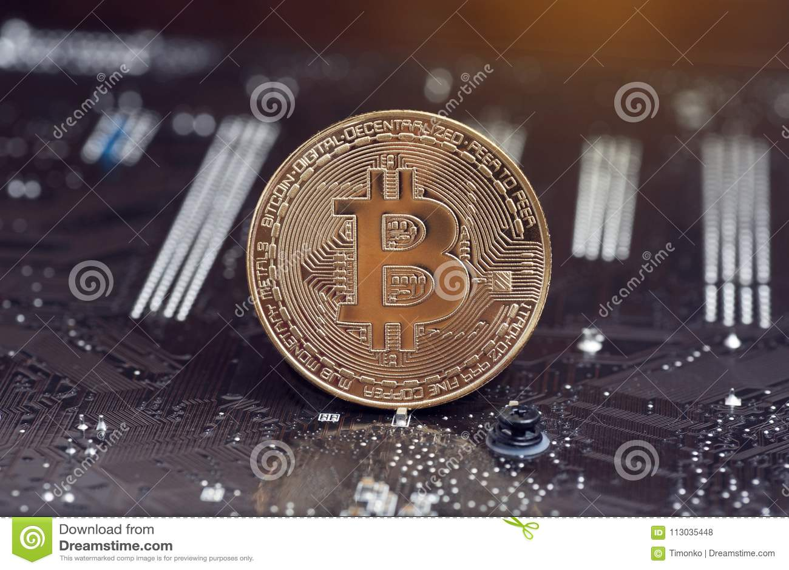 Moneda de oro de Bitcoin y fondo defocused de la carta Concepto virtual del cryptocurrency