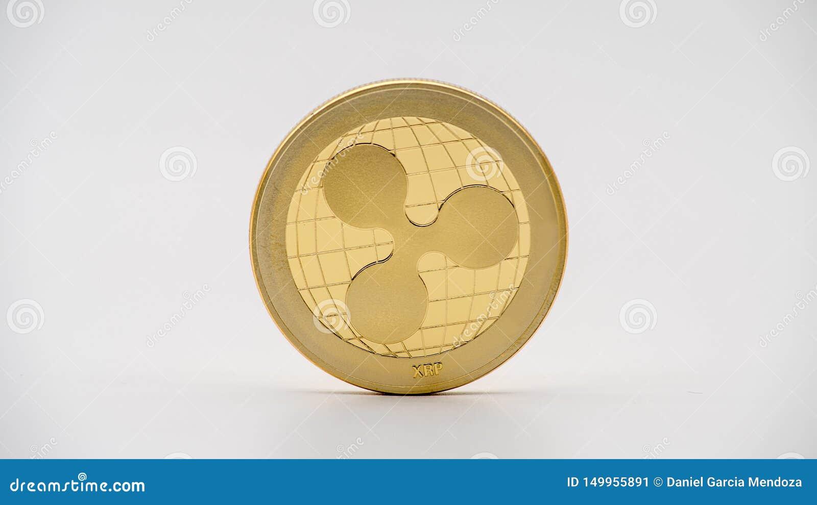 Moneda de oro de Ripplecoin del metal físico en el fondo blanco Moneda de XRP