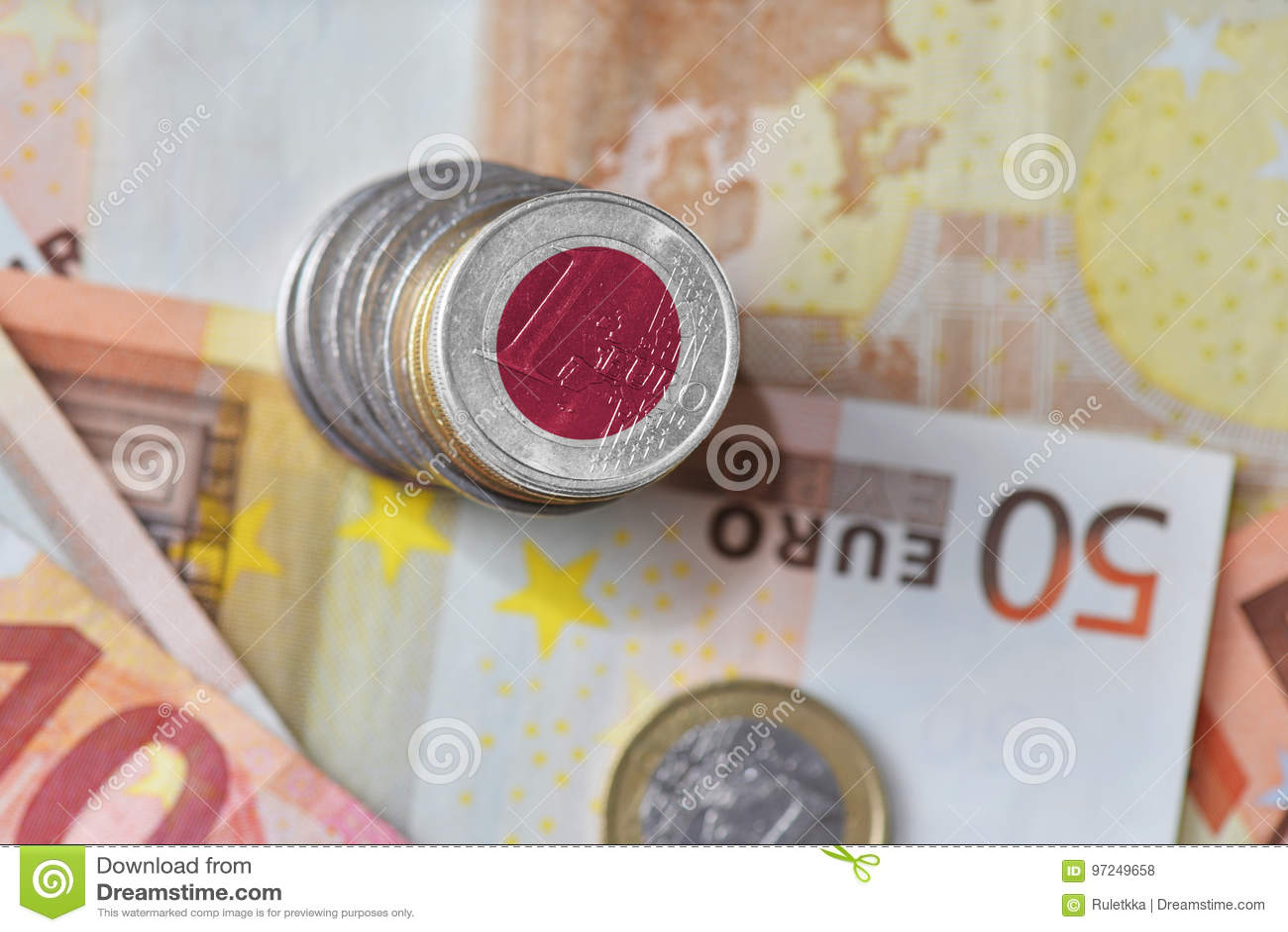 Moneda euro con la bandera nacional de Japón en el fondo euro de los billetes de banco del dinero