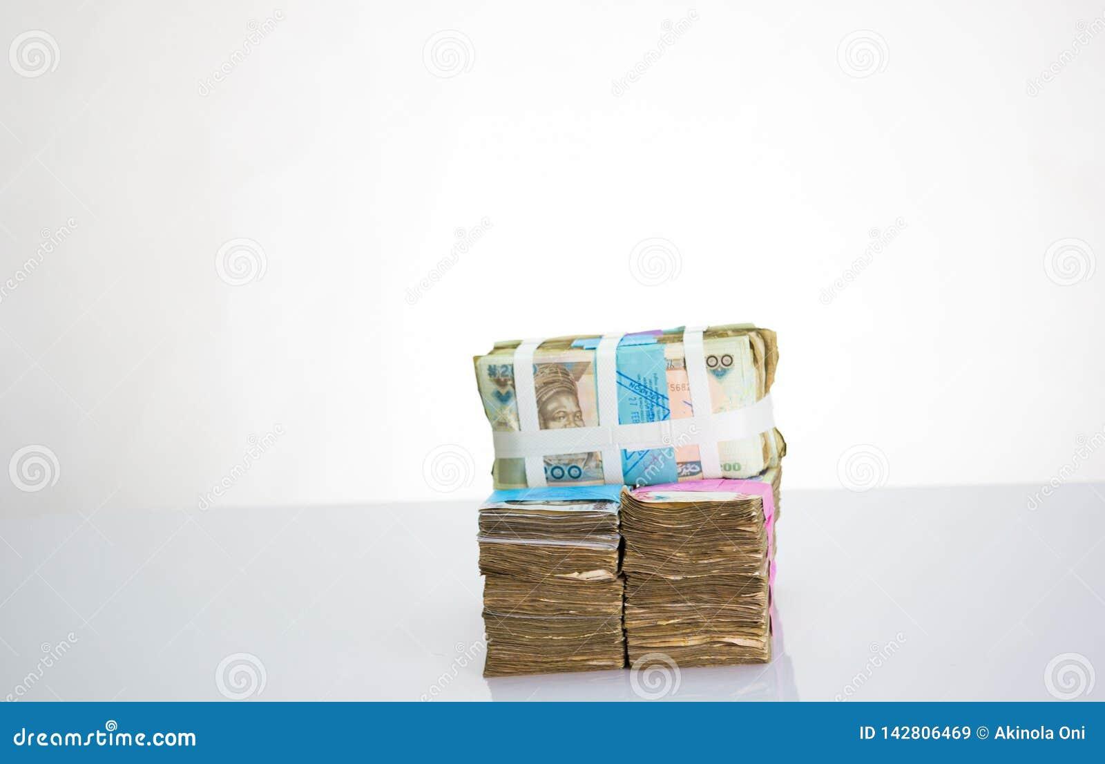 Moneda local N200, N500, notas de Nigeria del naira N1000 en un paquete