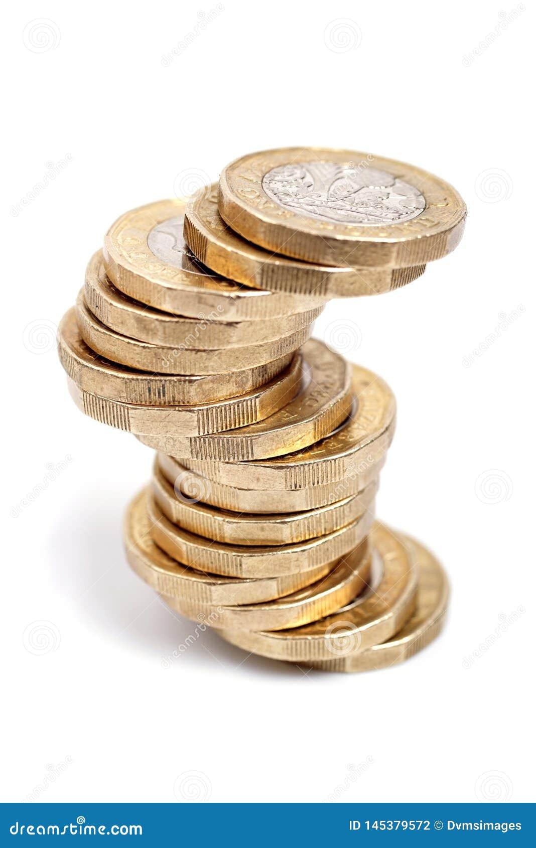 Monedas de libra británica en el fondo blanco