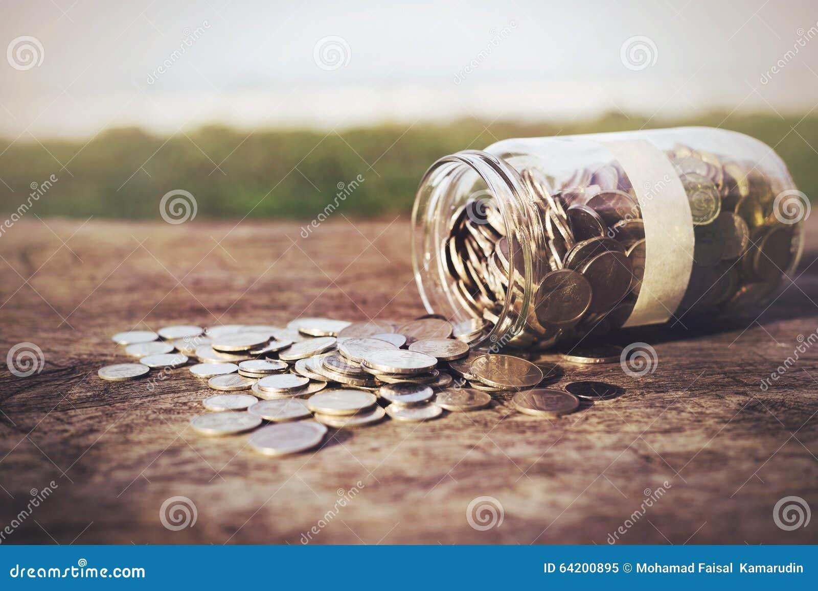 Monedas en la madera