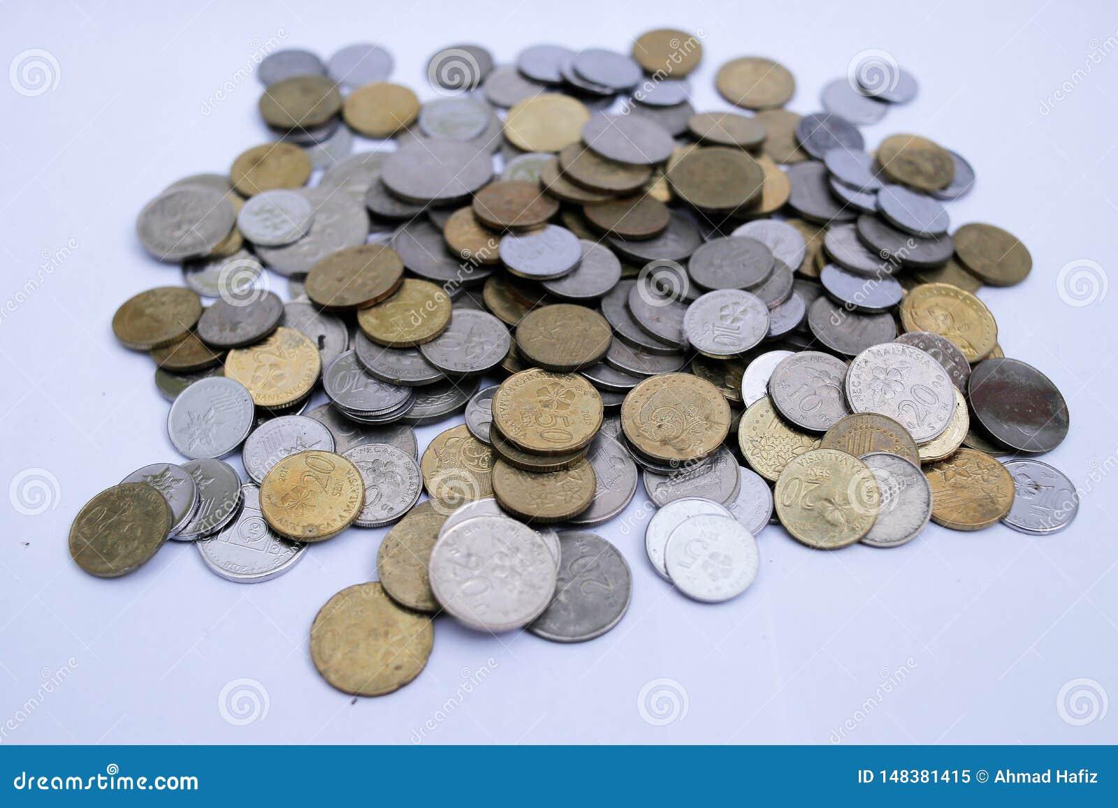 Monedas malasias sobre el fondo blanco