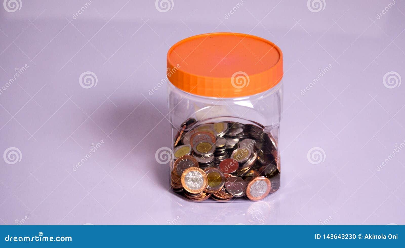 Monedas y ahorros en una botella transparente