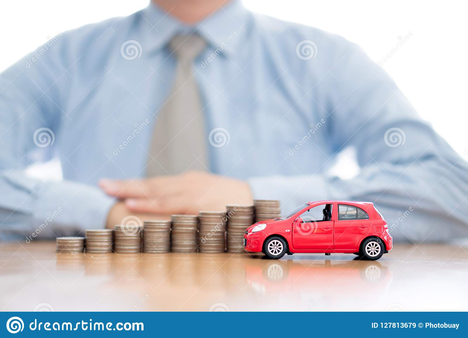 Monedas y coche apilados cada vez mayores