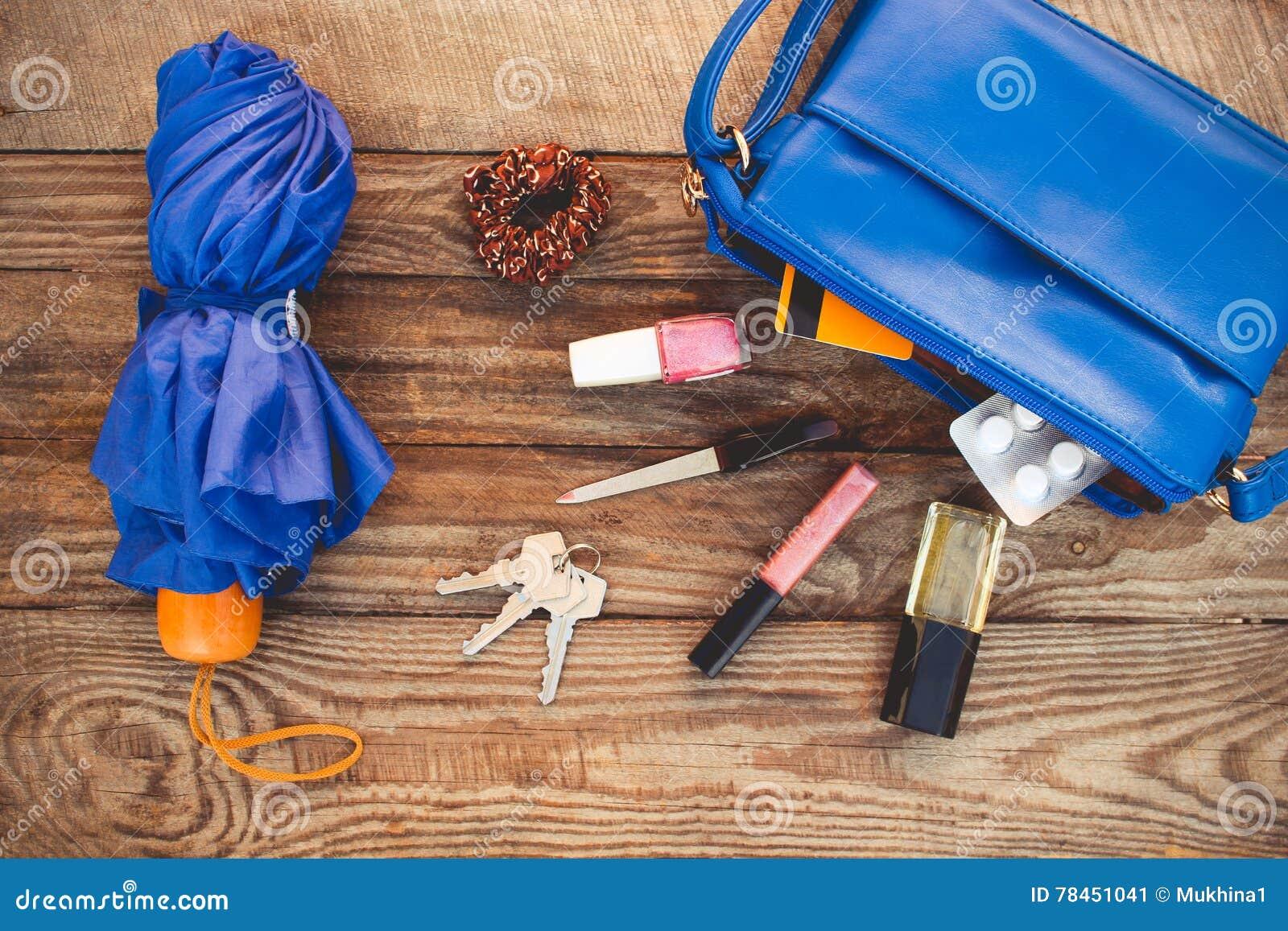 Monedero azul, paraguas y accesorios para mujer