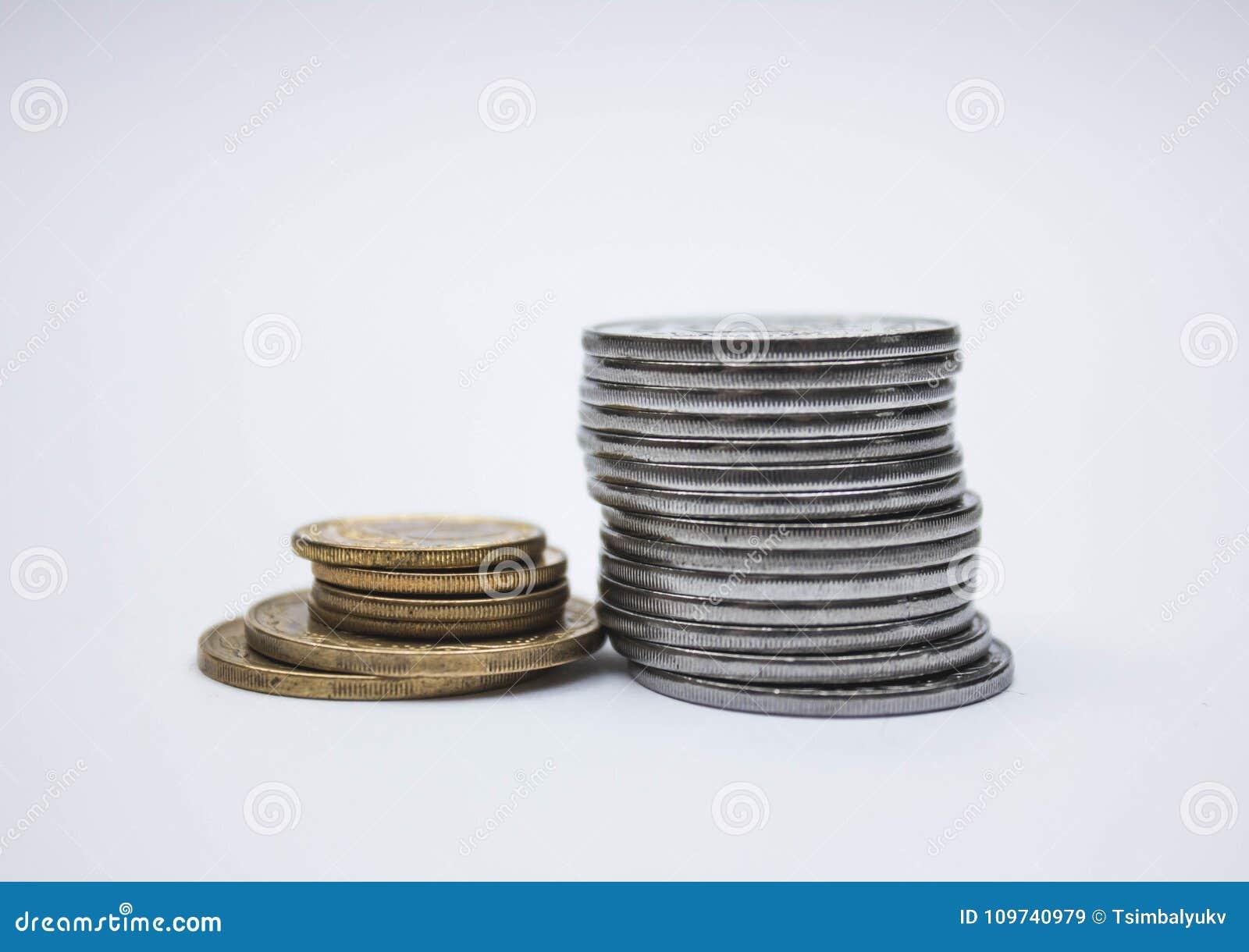 Monet sterty na białym tle, stos monety rozsypisko monety srebra złoto, miedziana tajlandzka moneta