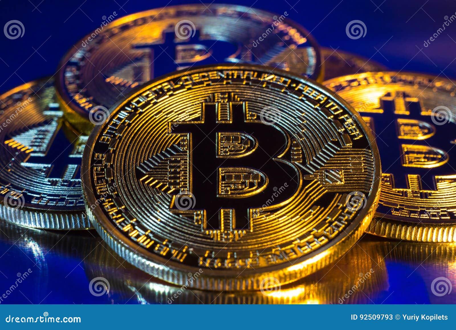 Moneta dorata fisica del bitcoin di Cryptocurrency su fondo variopinto