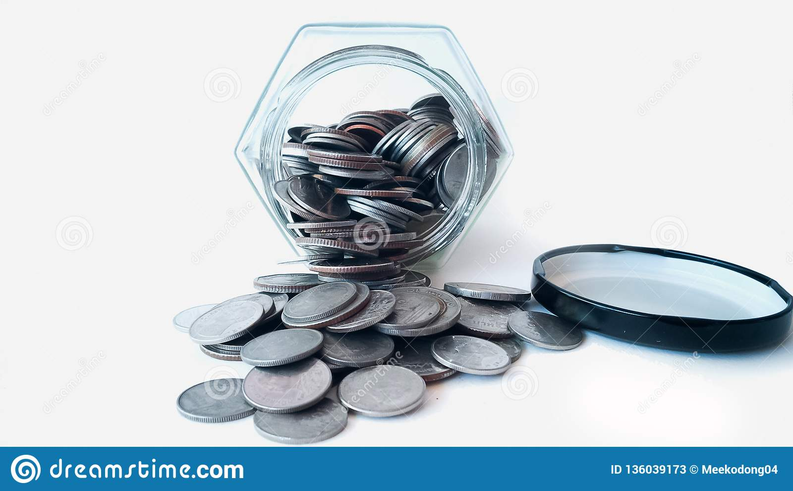 Monete che stanno uscendo dal barattolo