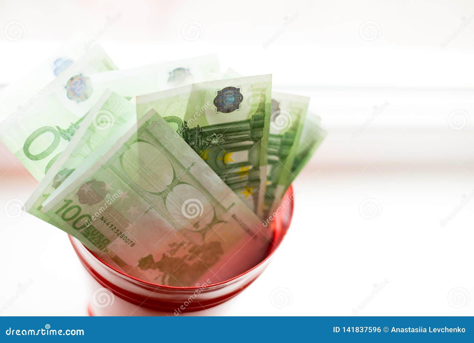 Moneybox, cuenta euro en cubo en la ventana blanca Fondo ligero Lugar para el texto Visión superior