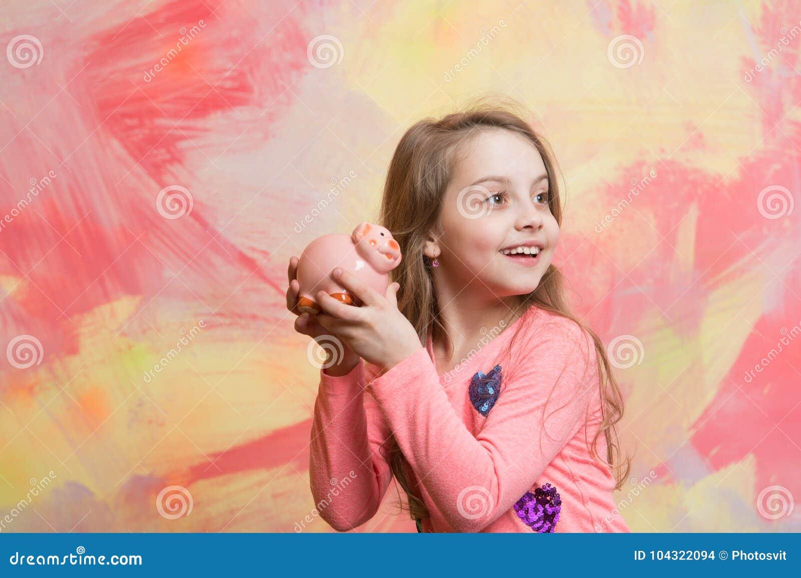 Moneybox o hucha del control de la muchacha para los ahorros