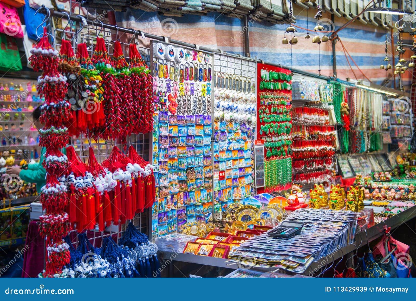 72814f34db Mong Kok, Hong Kong - 11 de janeiro de 2018: Lembranças na loja no mercado  das senhoras, um do mercado popular em Mong Kok, Hong Kong