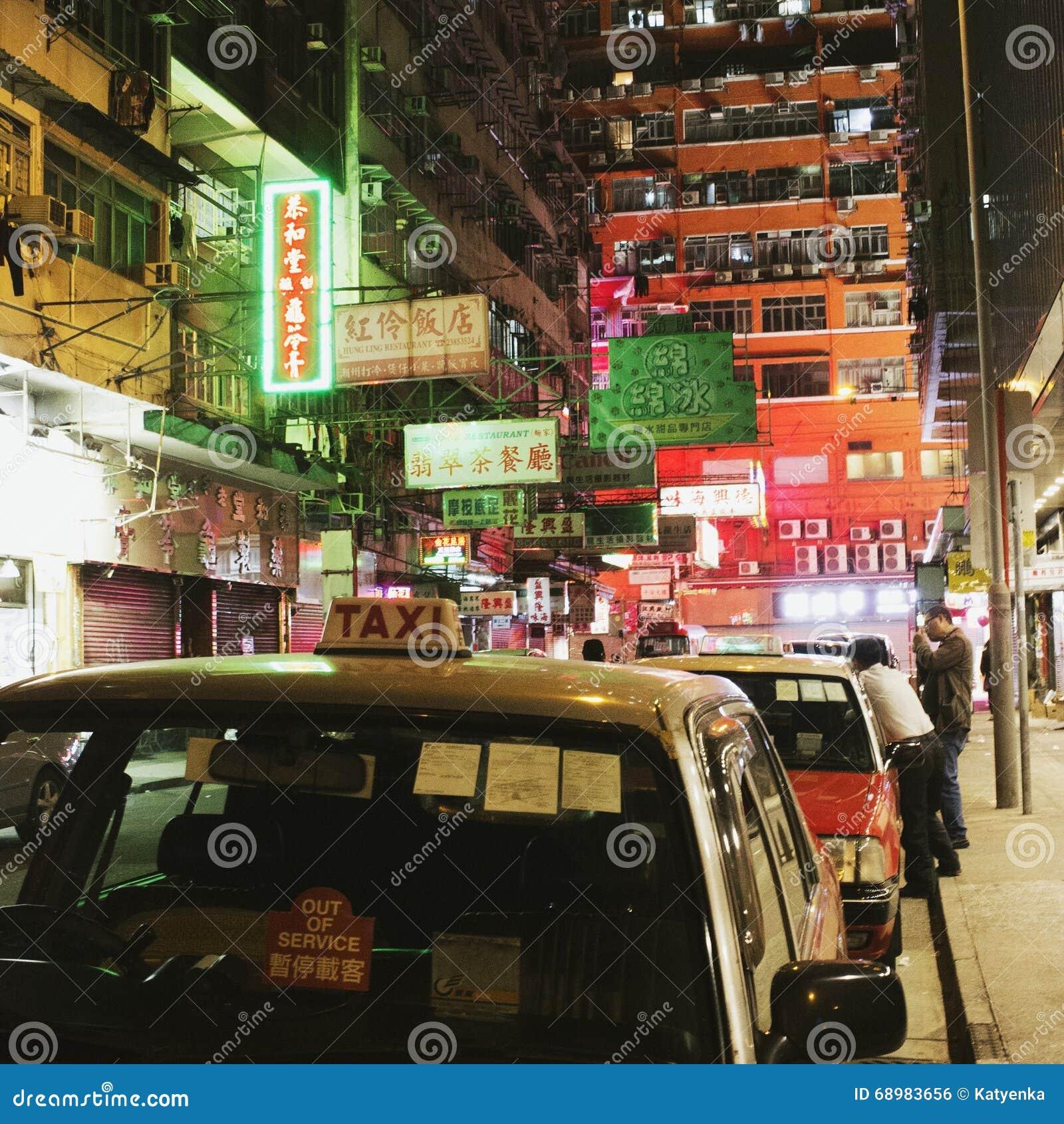 Mong Kok, Hong Kong en la noche: taxistas, luces de neón