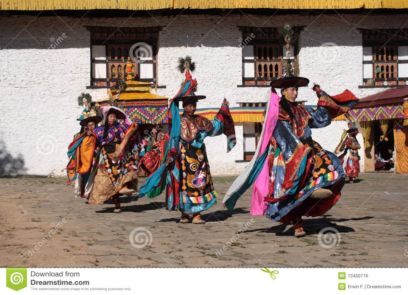 Mongar Tsechu, bailarín del sombrero negro