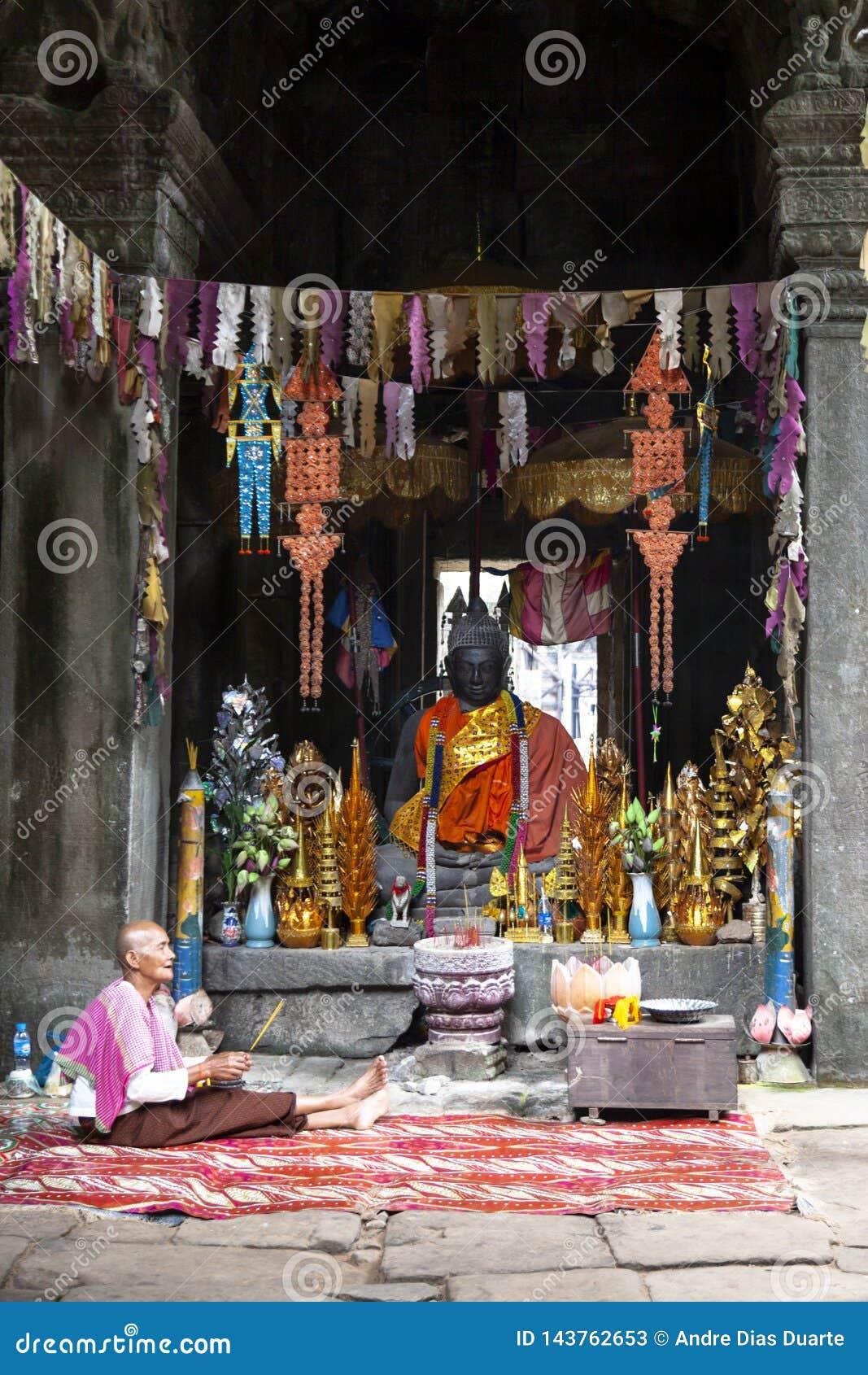 Monge budista idosa dentro do templo