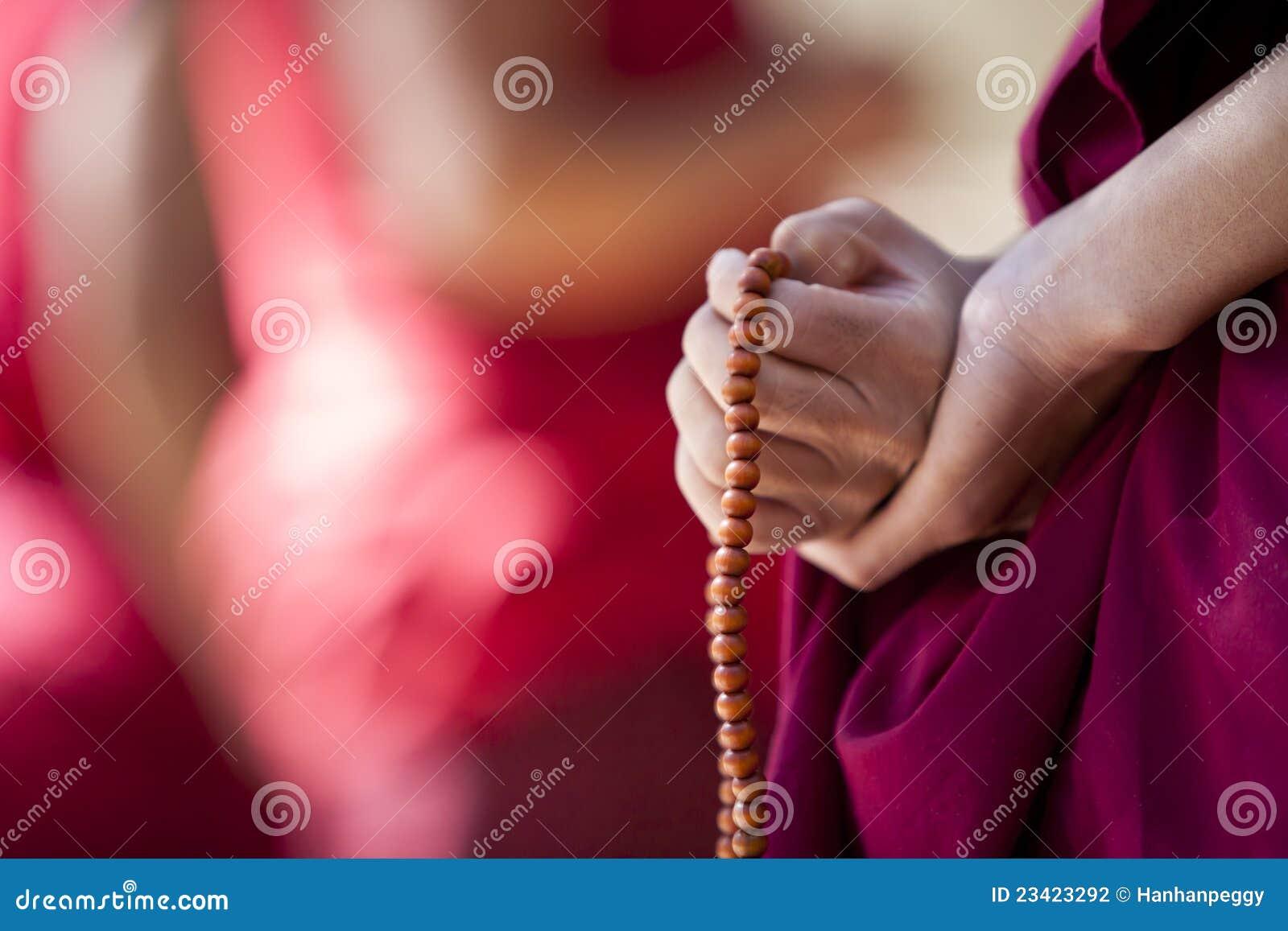 Monge com grânulos de oração
