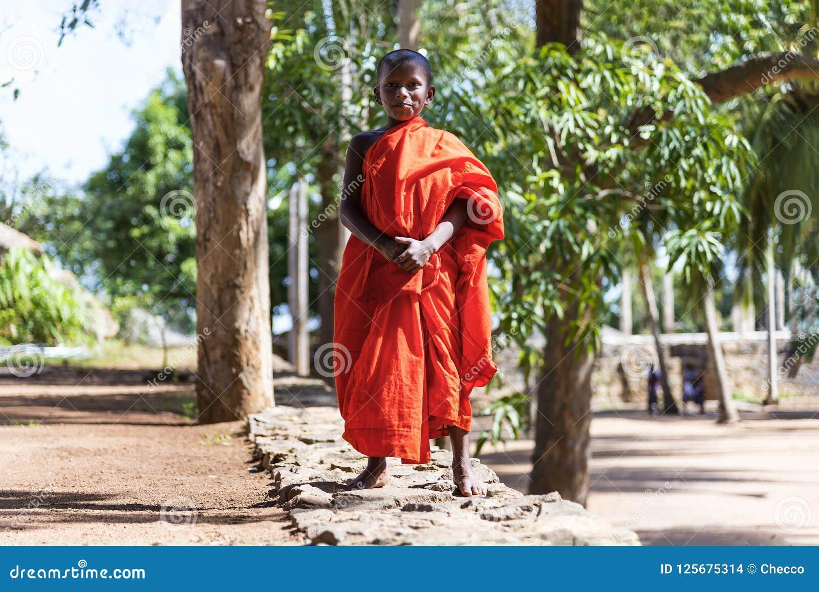 Monge do principiante no local sagrado de Mihintale, Sri Lanka