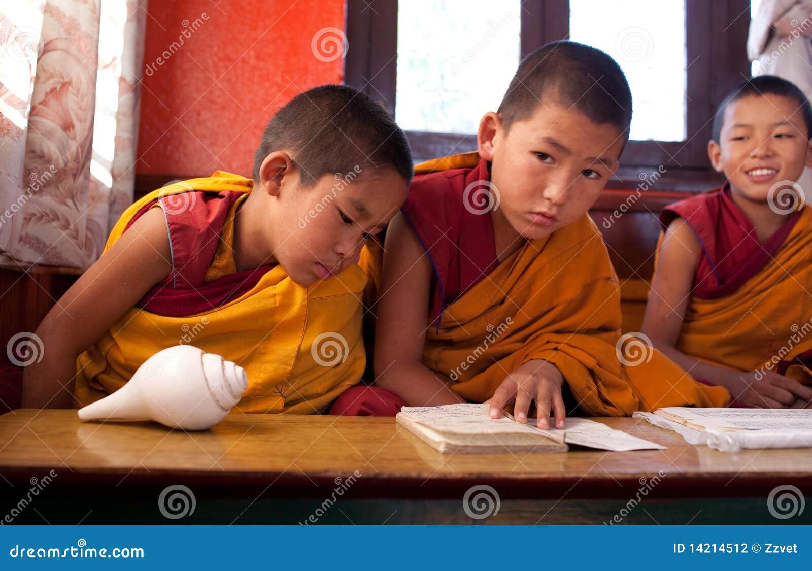 Monges budistas pequenas no monastério