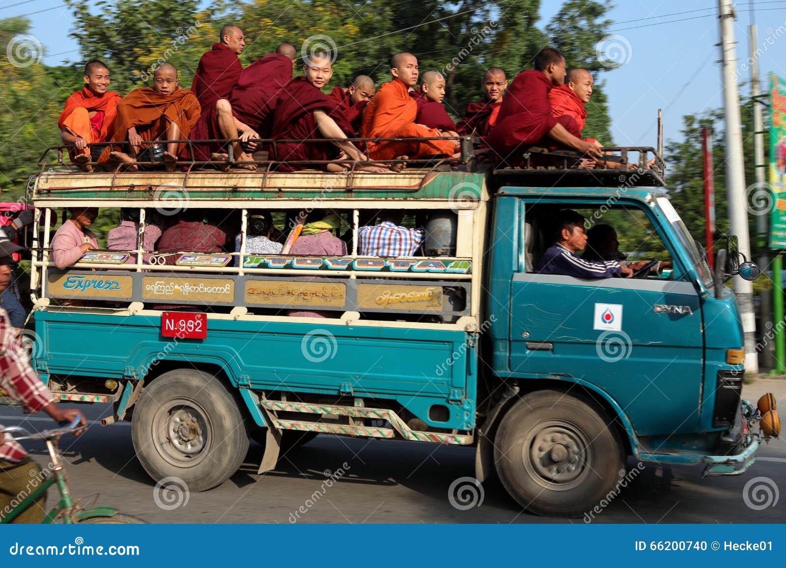 Monges em um caminhão