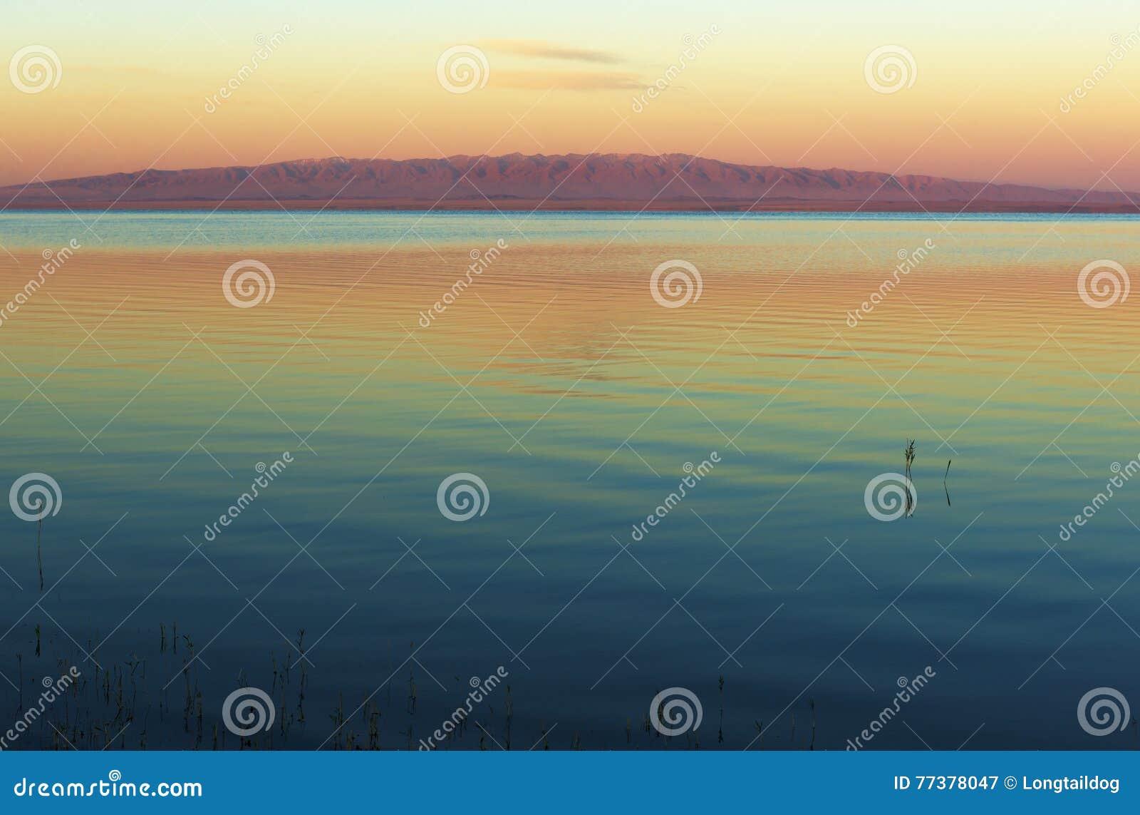 Mongoła krajobraz z jeziorem i górami