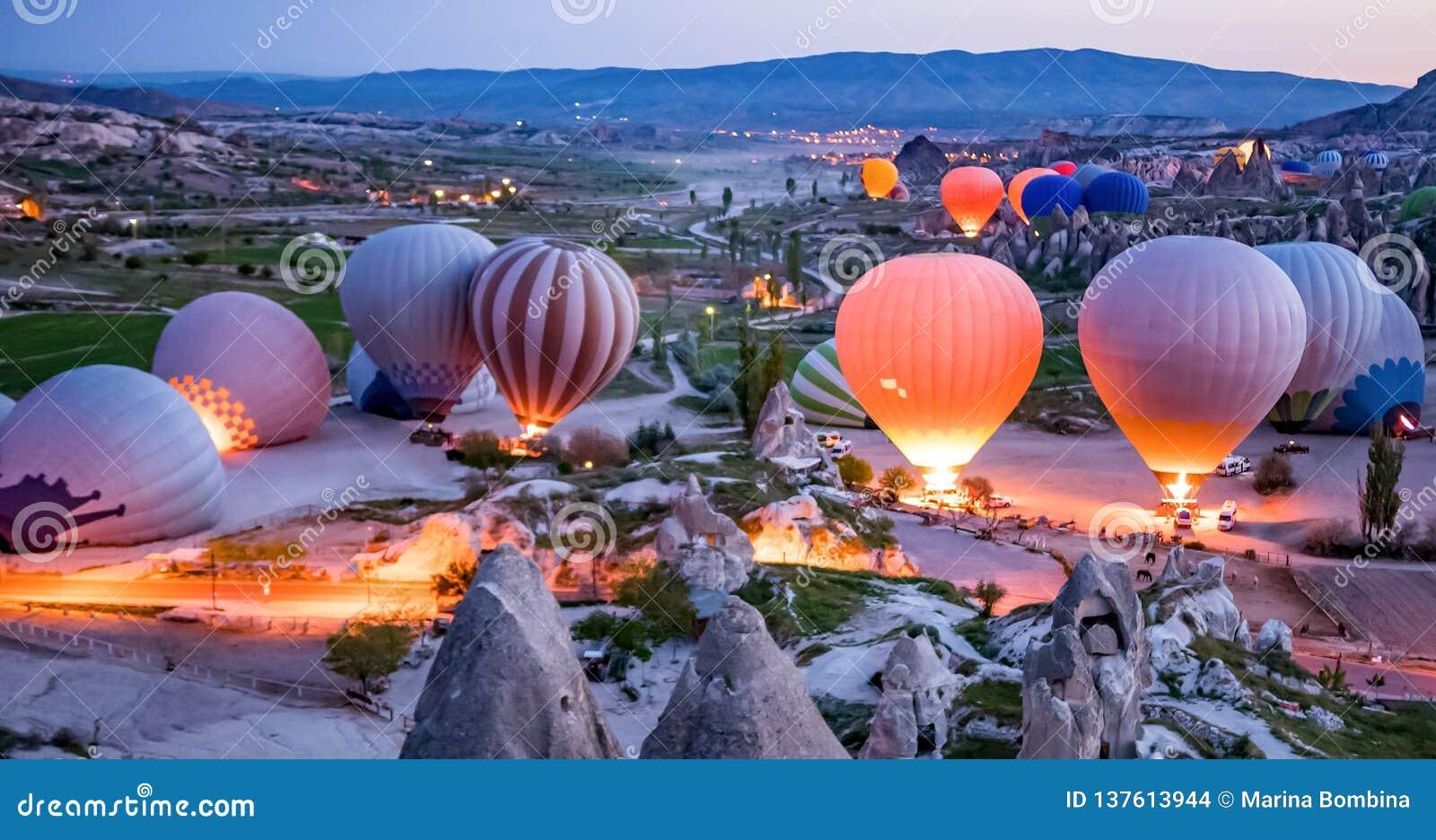Mongolfiere variopinte prima del lancio nel parco nazionale di Goreme, Cappadocia, Turchia