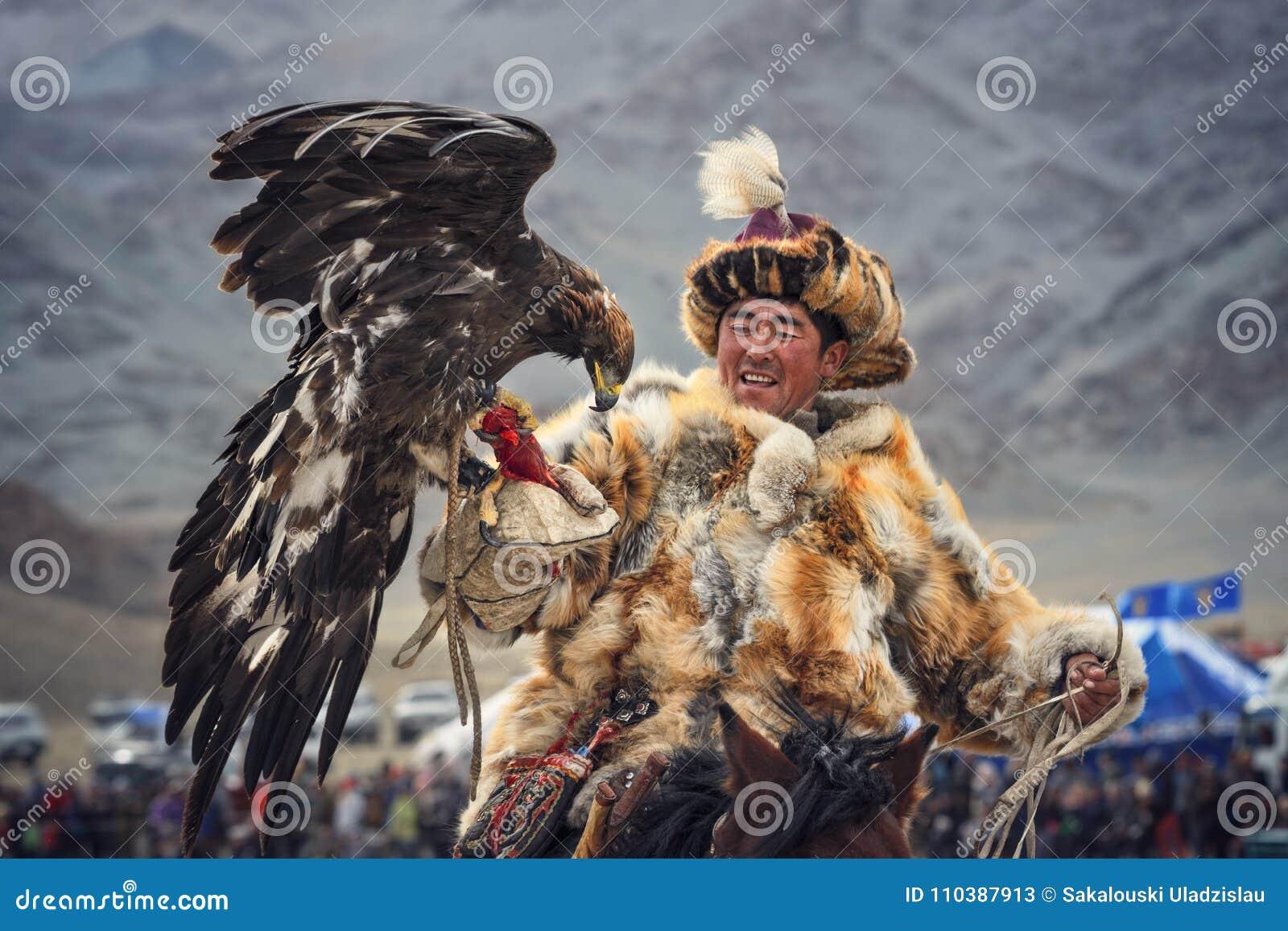 Mongolië Traditioneel Gouden Eagle Festival Onbekend Mongools Hunter Berkutchi On Horse With Gouden Eagle Valkerij in het Westen