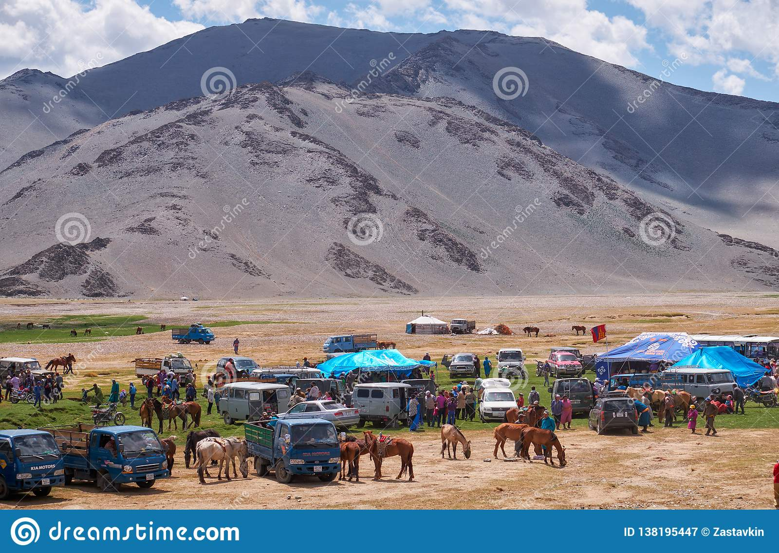 mongolian-nomad-camp-guests-came-to-nati
