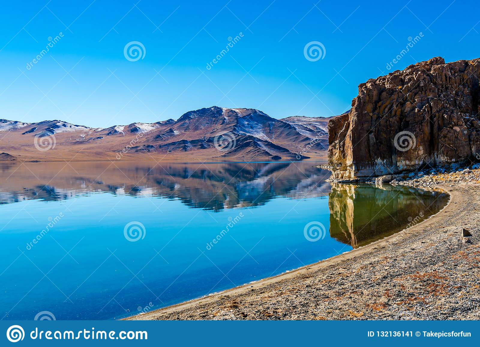 Mongolski naturalny krajobraz z piękną górą