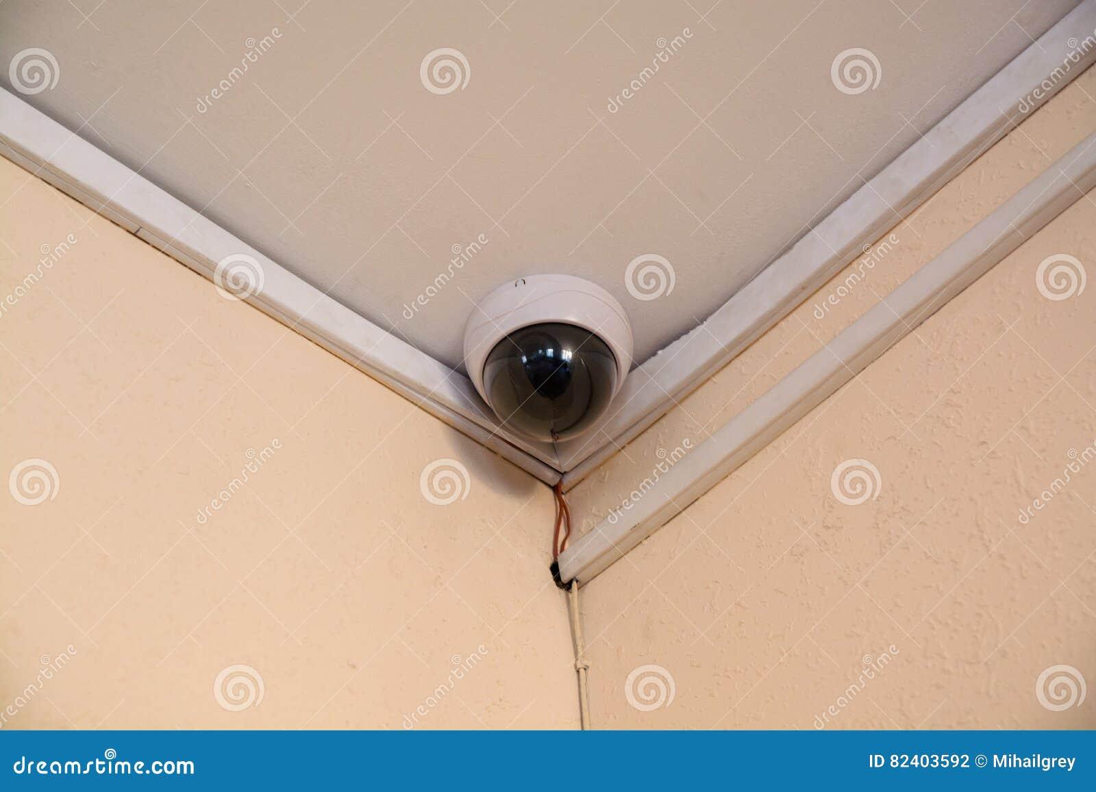 Moniteur de caméra de sécurité dans l immeuble de bureaux photo