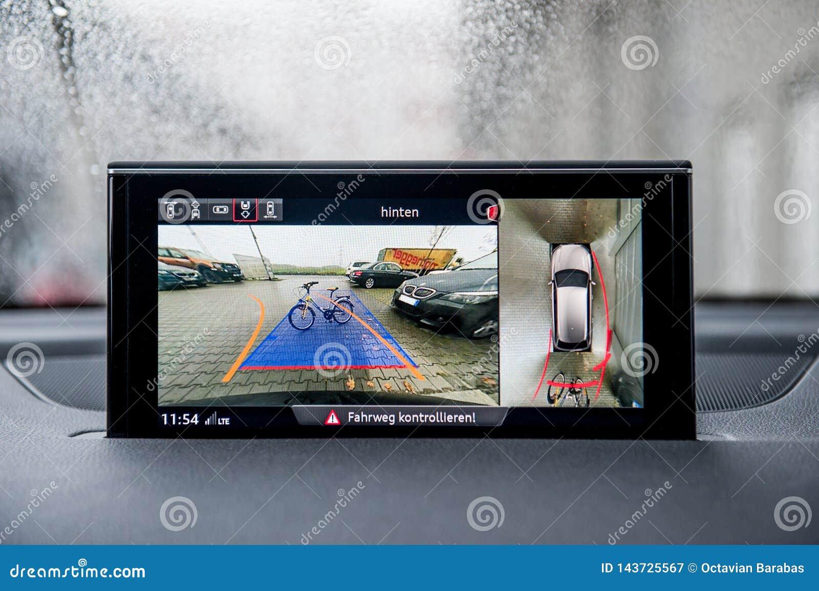 Moniteur de secours moderne de caméra dans des obstacles de salon automobile