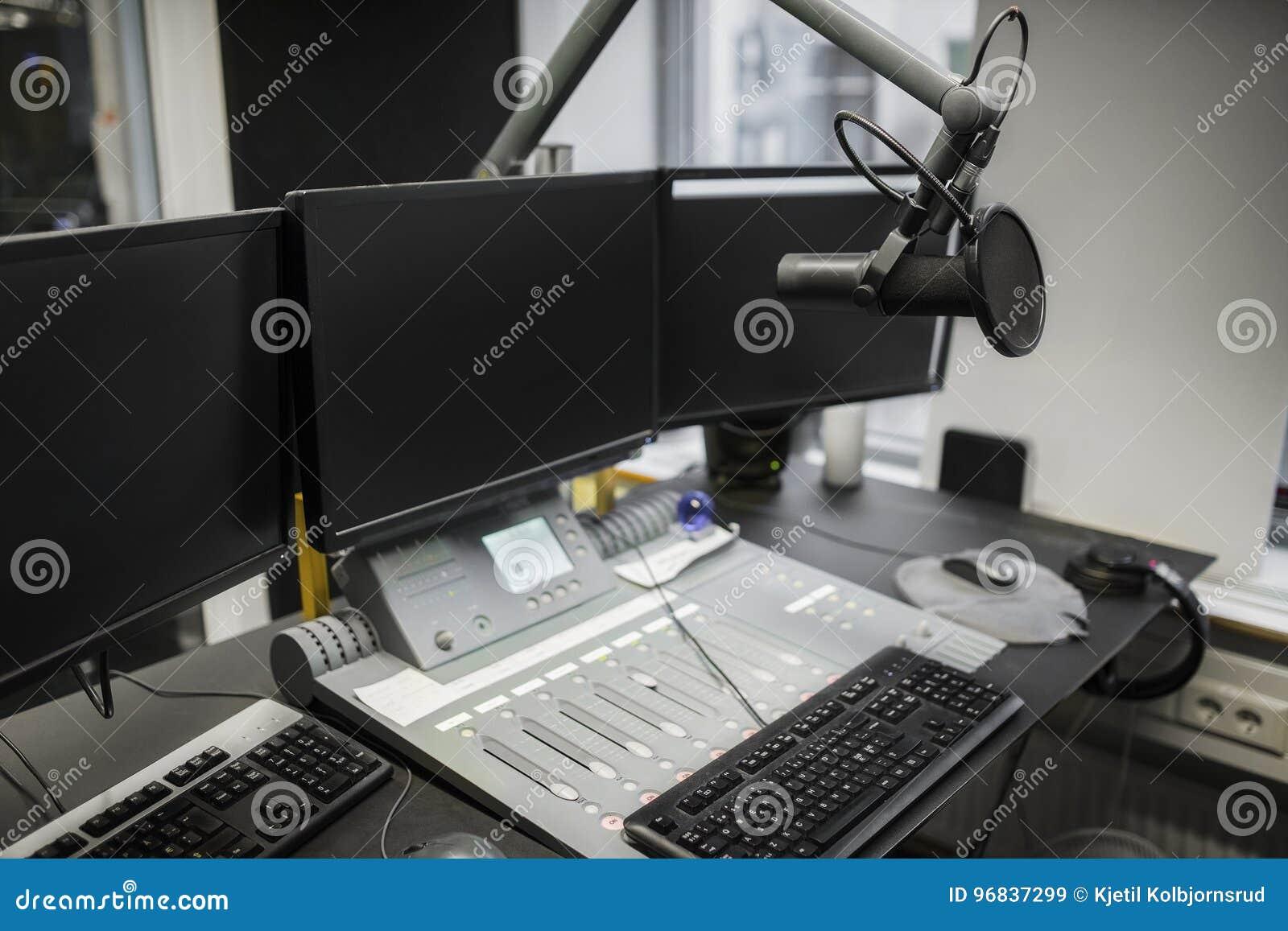 Moniteurs et microphone au-dessus de Tableau dans le studio par radio