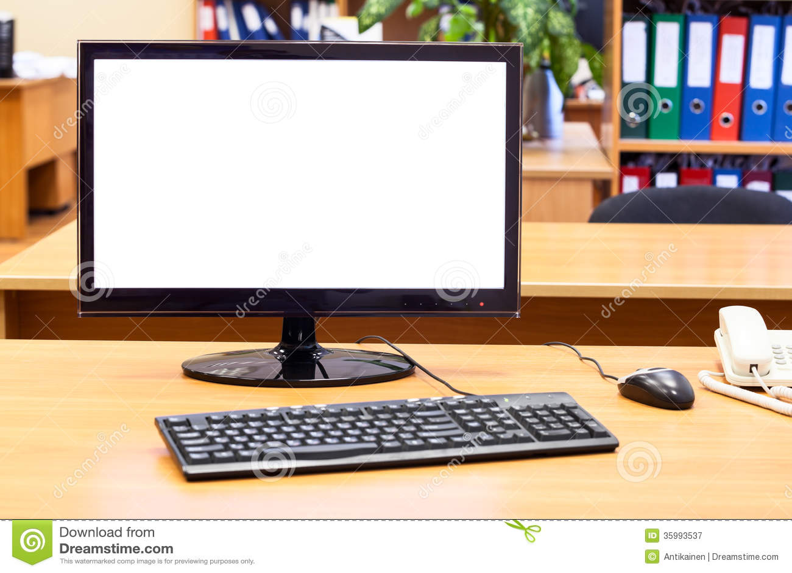 Monitor, teclado, ratón del ordenador en el escritorio de oficina